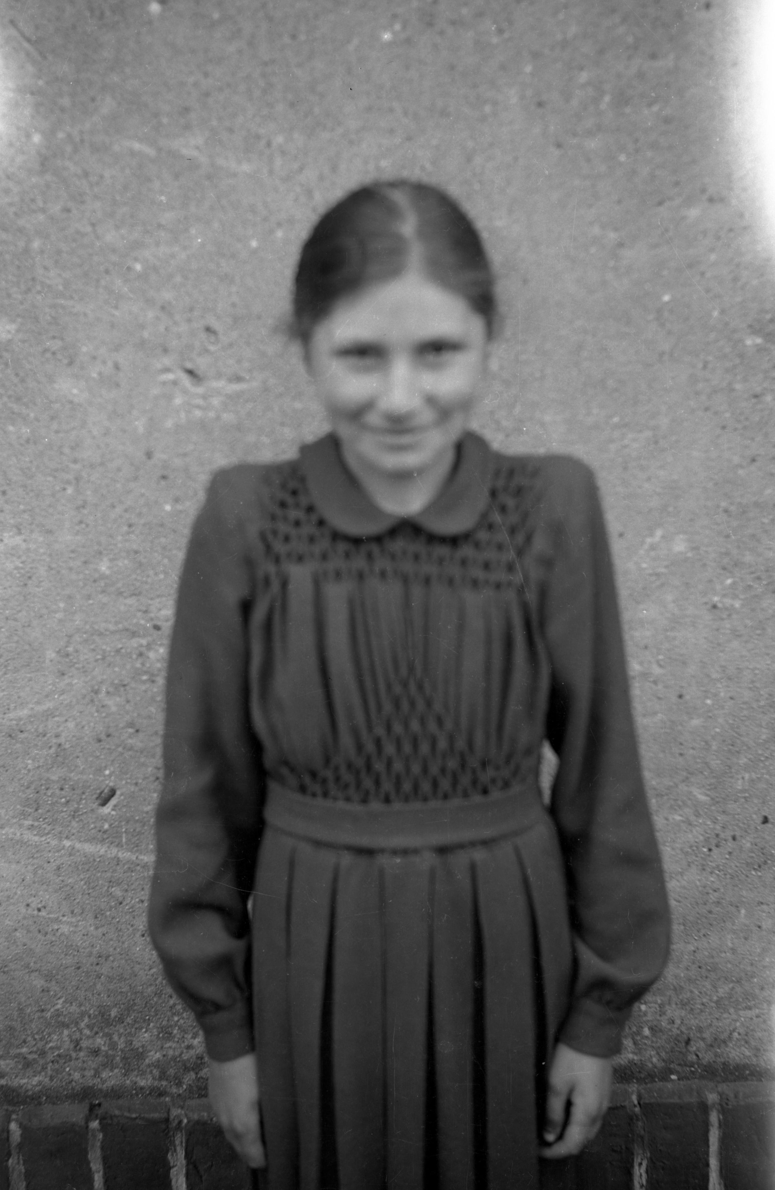 Zdjęcie uśmiechniętej dziewczynki, Dolny Śląsk, 2. poł. XX w.