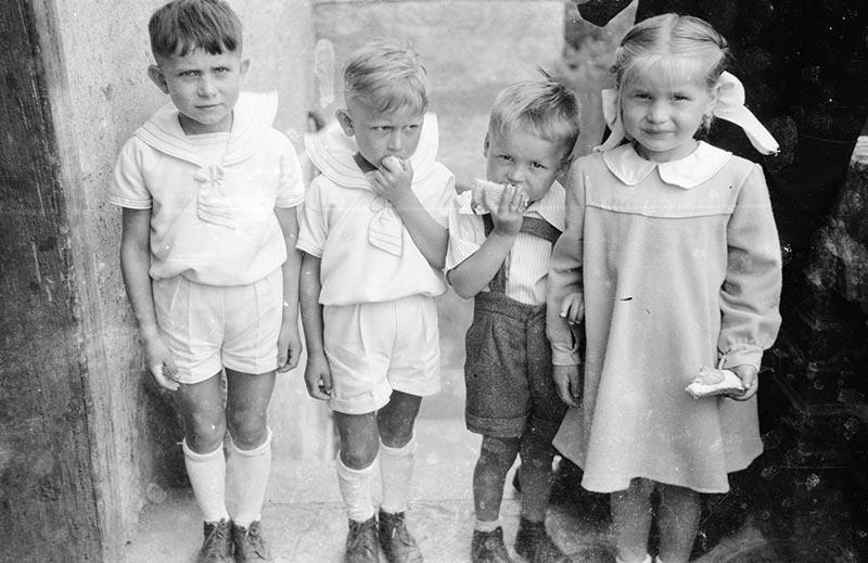 Dzieci jedzące kanapki, Turzany, Dolny Śląsk, koniec lat 50. XX w.
