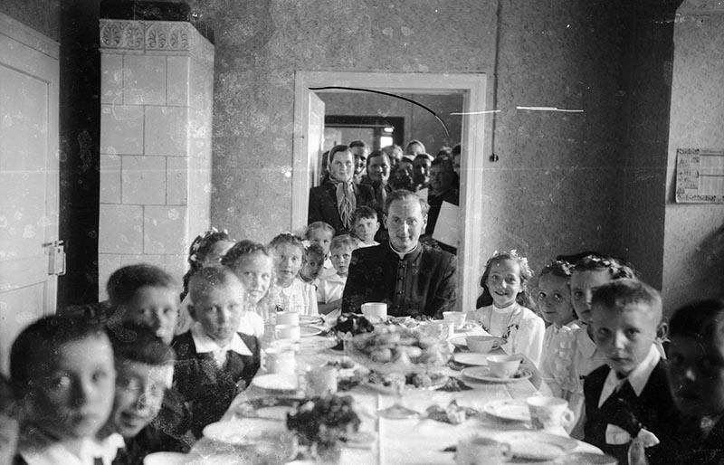 Przyjęcie po Pierwszej Komunii Świętej z ks. Wiśniewskim, Głębowice, 1957 r.