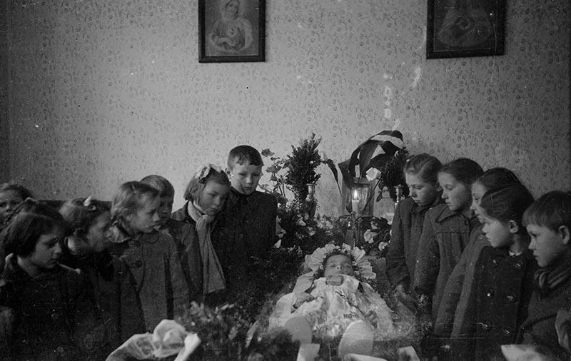 Dzieci przy zmarłej dziewczynce, Białawy Małe, Dolny Śląsk, koniec lat 50. XX w.