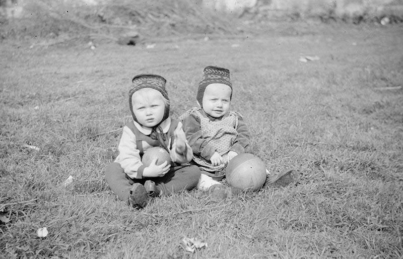 Dzieci z piłkami, Brzózka, Dolny Śląsk, koniec lat 50. XX w.