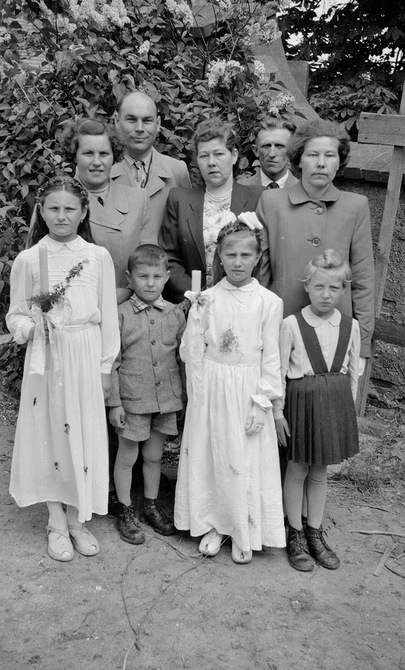 Pierwsza Komunia Święta, zdjęcie rodzinne, Głębowice, lata 50. XX w.