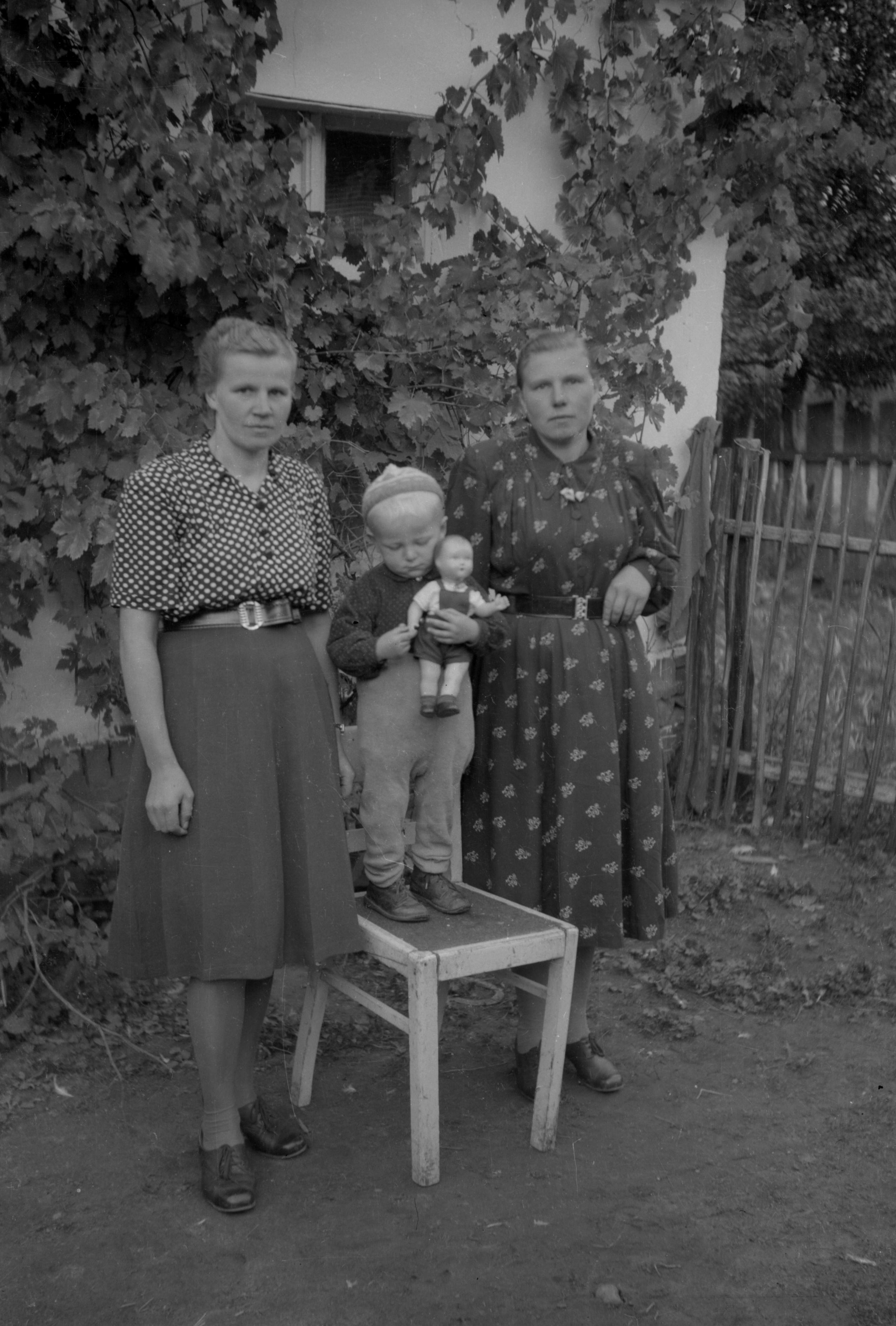 Dwie kobiety z dzieckiem na krześle, Dolny Śląsk, 2. poł. XX w.