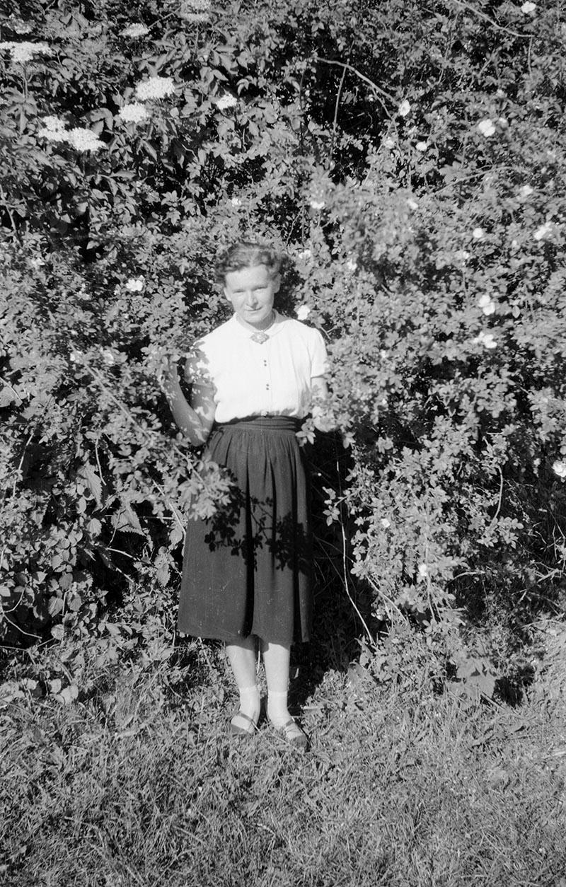 Zdjęcie dziewczyny pośród zieleni, Dolny Śląsk, 2. poł. XX w.
