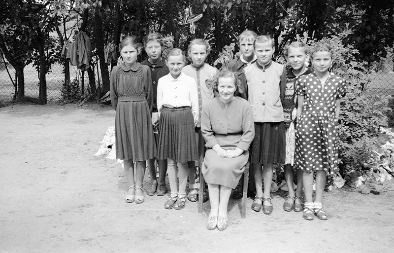Zdjęcie dziewcząt ze szkoły w Głębowicach, Dolny Śląsk, lata 50. XX w.