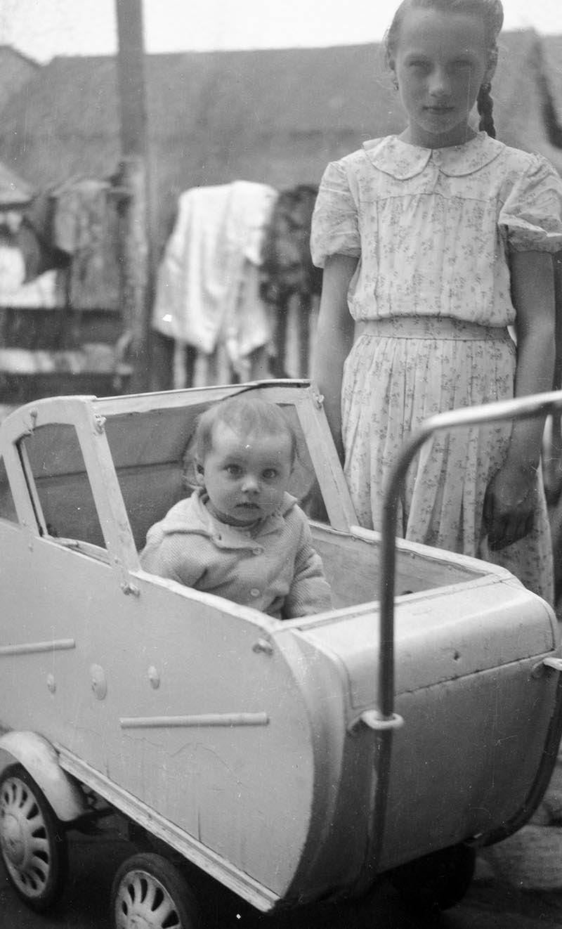Dziewczynka z dzieckiem w wózku, Brzózka, Dolny Śląsk, lata 50. XX w.