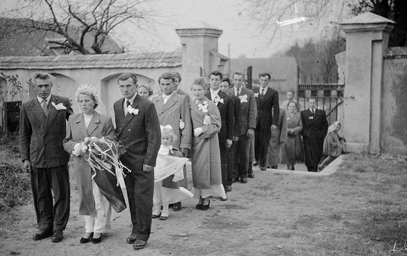 Młoda para (Maria Śmigiero i Bronisław Janczak) w drodze do kościoła, Głębowice, Dolny Śląsk, koniec lat 50. XX w.