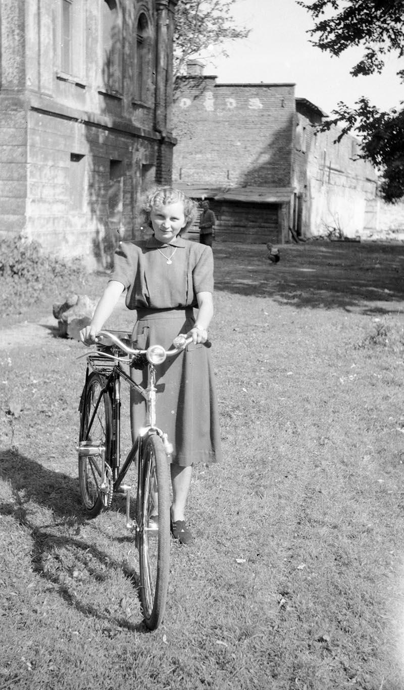Dziewczyna z rowerem, Brzózka, Dolny Śląsk, lata 50. XX w.