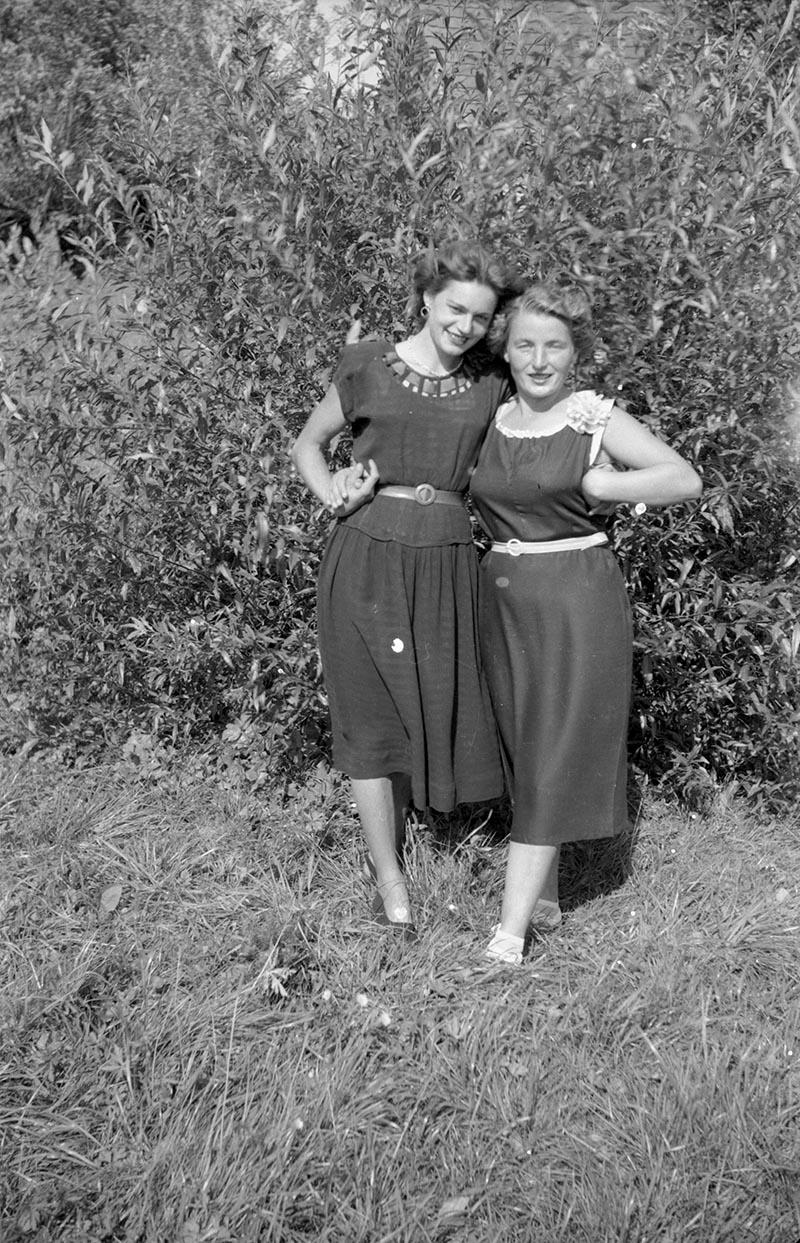 Dwie kobiety, Rudawa, Dolny Śląsk, koniec lat 50. XX w.