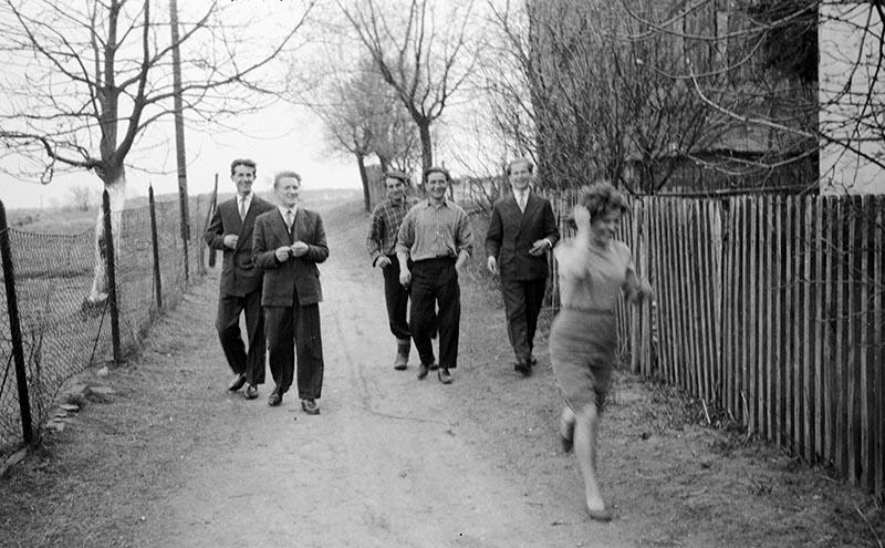 Spotkanie na drodze, Brzózka, Dolny Śląsk, koniec lat 50. XX w.