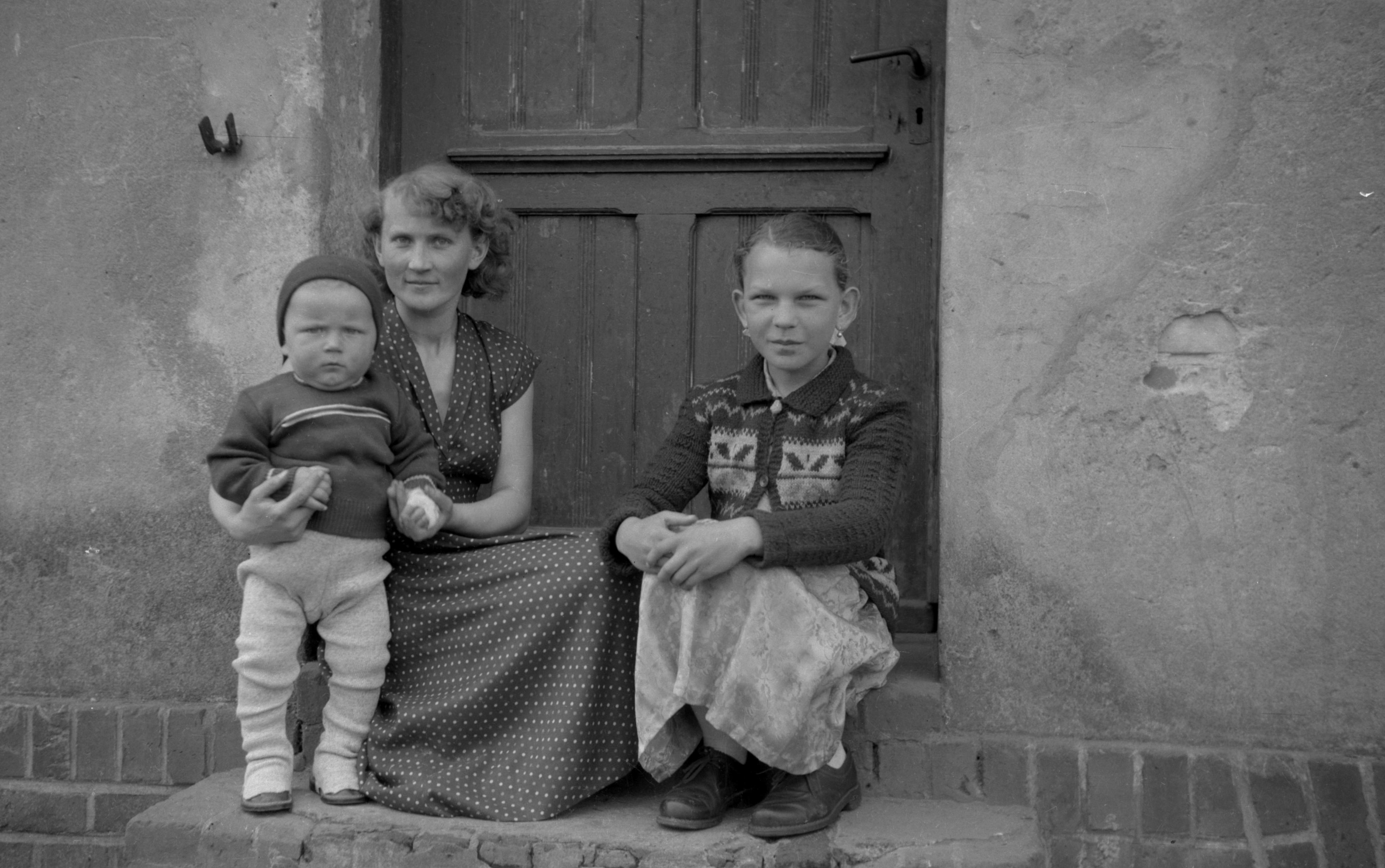 Kobieta z dziećmi w progu, Dolny Śląsk, 2. poł. XX w.
