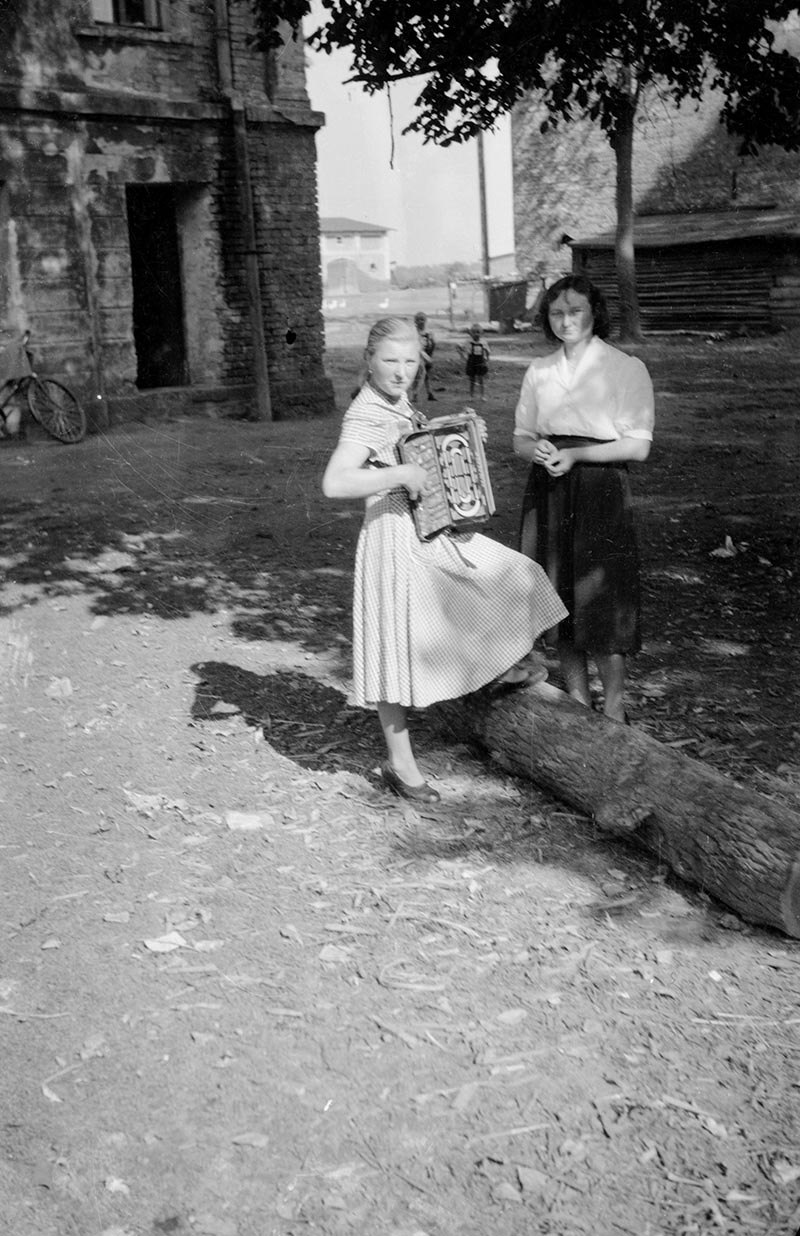 Dziewczyna z akordeonem, Dolny Śląsk, 2. poł. XX w.