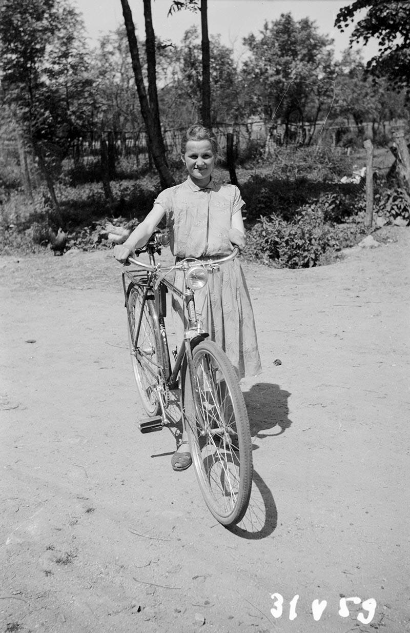 Dziewczyna z rowerem, Dolny Śląsk, 2. poł. XX w.