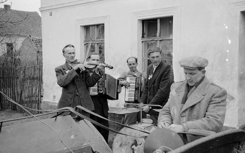 Wspólne muzykowanie od lewej: Władysław Syzdek, Kazimierz Kamionka, Marian Jędrusiak, Władysław Mloinski, Brzózka, Dolny Śląsk, lata 50. XX w.