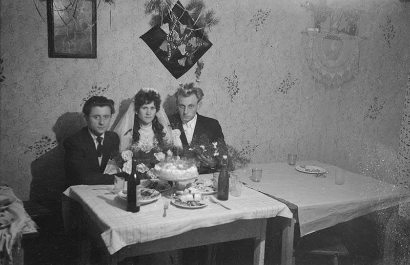 Państwo młodzi przy stole, Rudawa, lata 50. XX w.