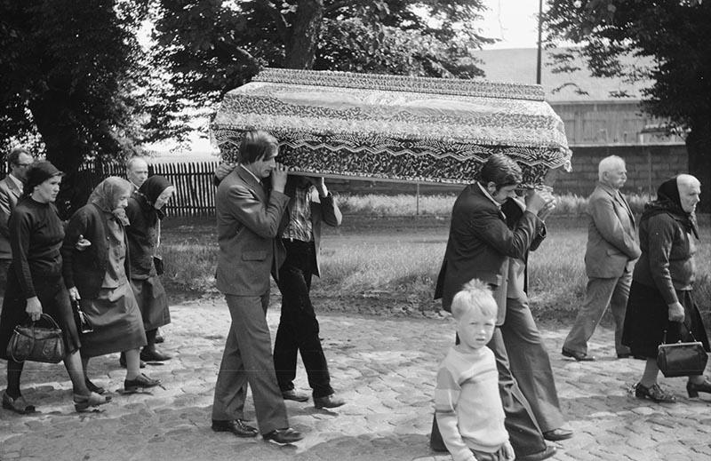Procesja na pogrzebie Jana Kończugi, Bielkowo koło Szczecina, lata 80. XX w.