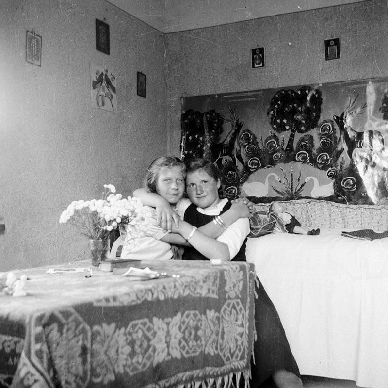 Dziewczęta przy stole, Dolny Śląsk, 2. poł. XX w.