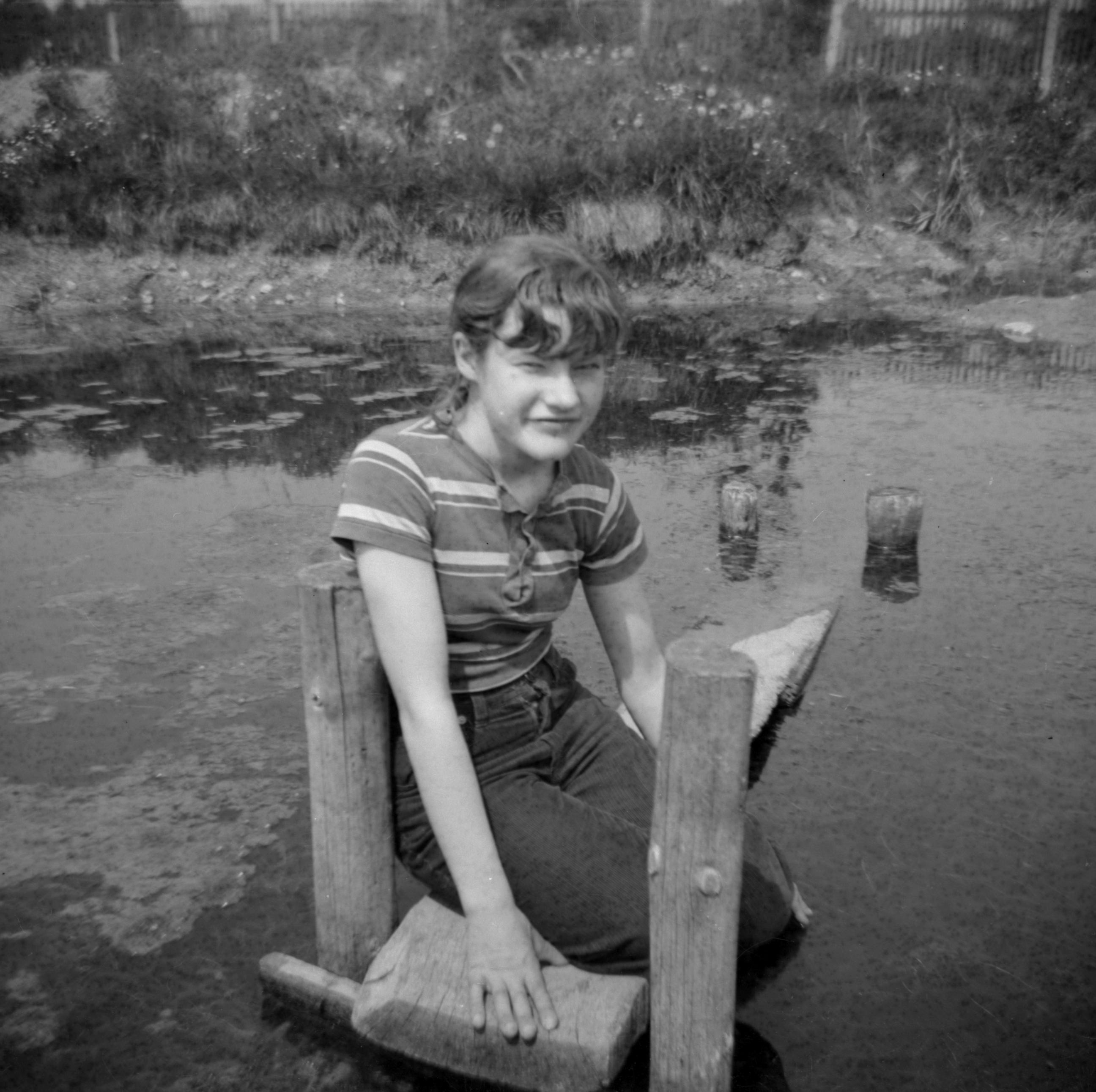 Jadwiga przy oczku wodnym, Brzózka, Dolny Śląsk, lata 80. XX w.