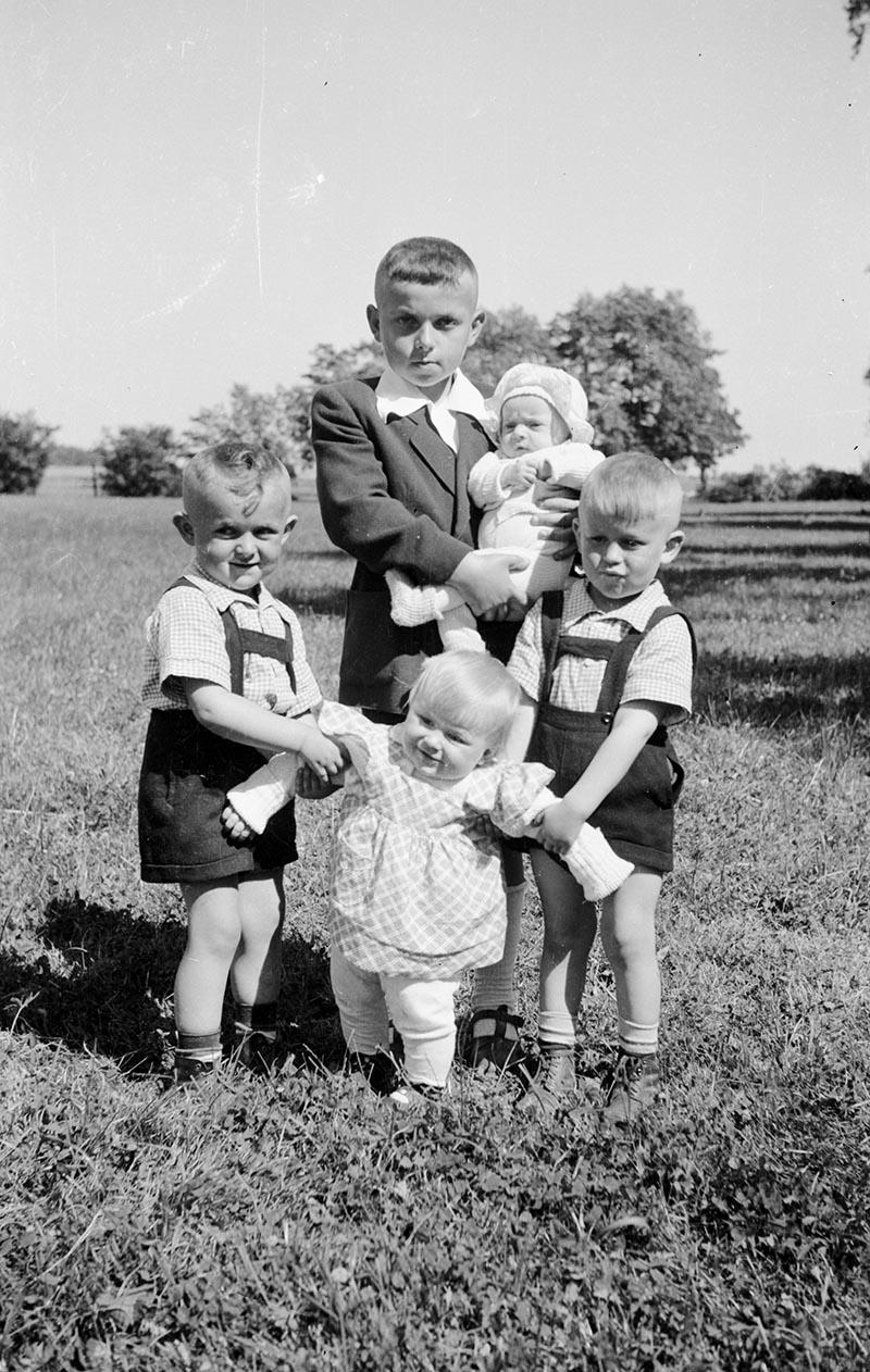 Grupa dzieci, Turzany, Dolny Śląsk, lata 50. XX w.