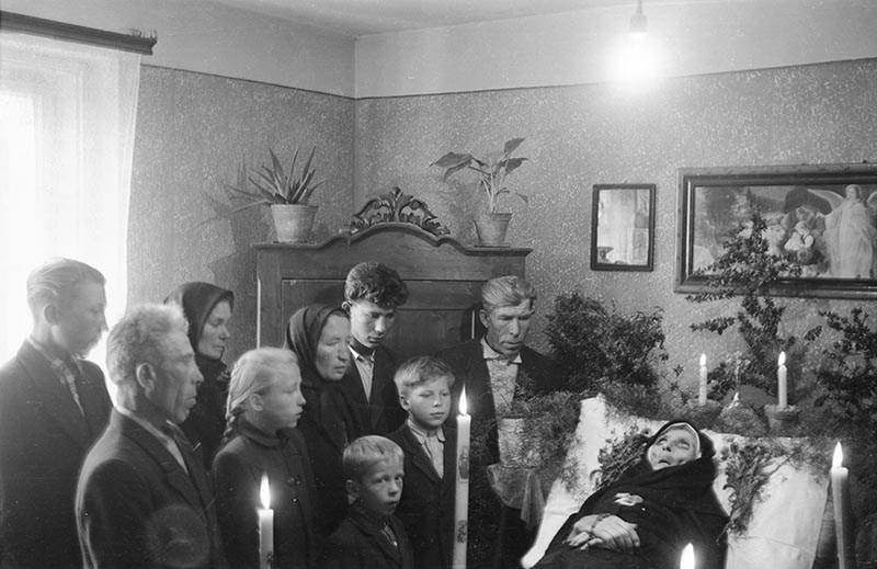Rodzina przy zmarłej, Trzcinica Wołowska, Dolny Śląsk, koniec lat 50. XX w.