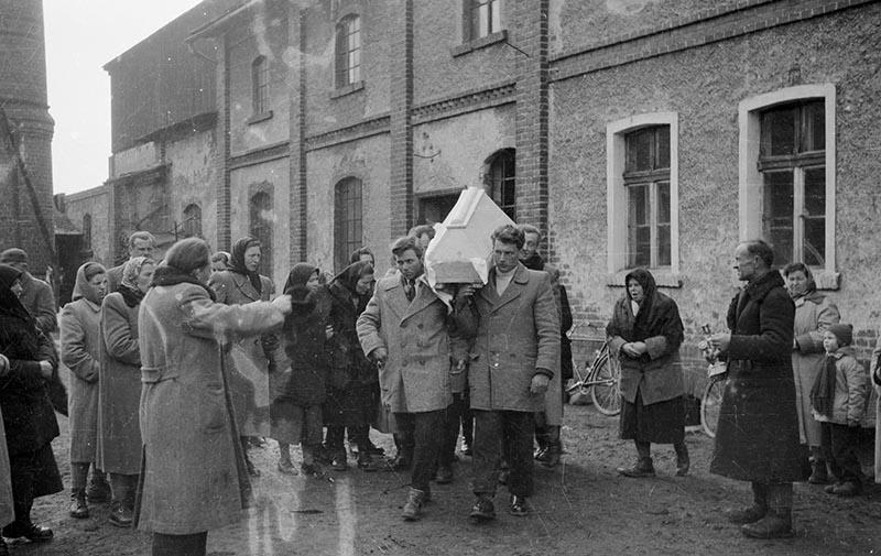 Procesja pogrzebowa, Białawy Małe, Dolny Śląsk, koniec lat 50. XX w.