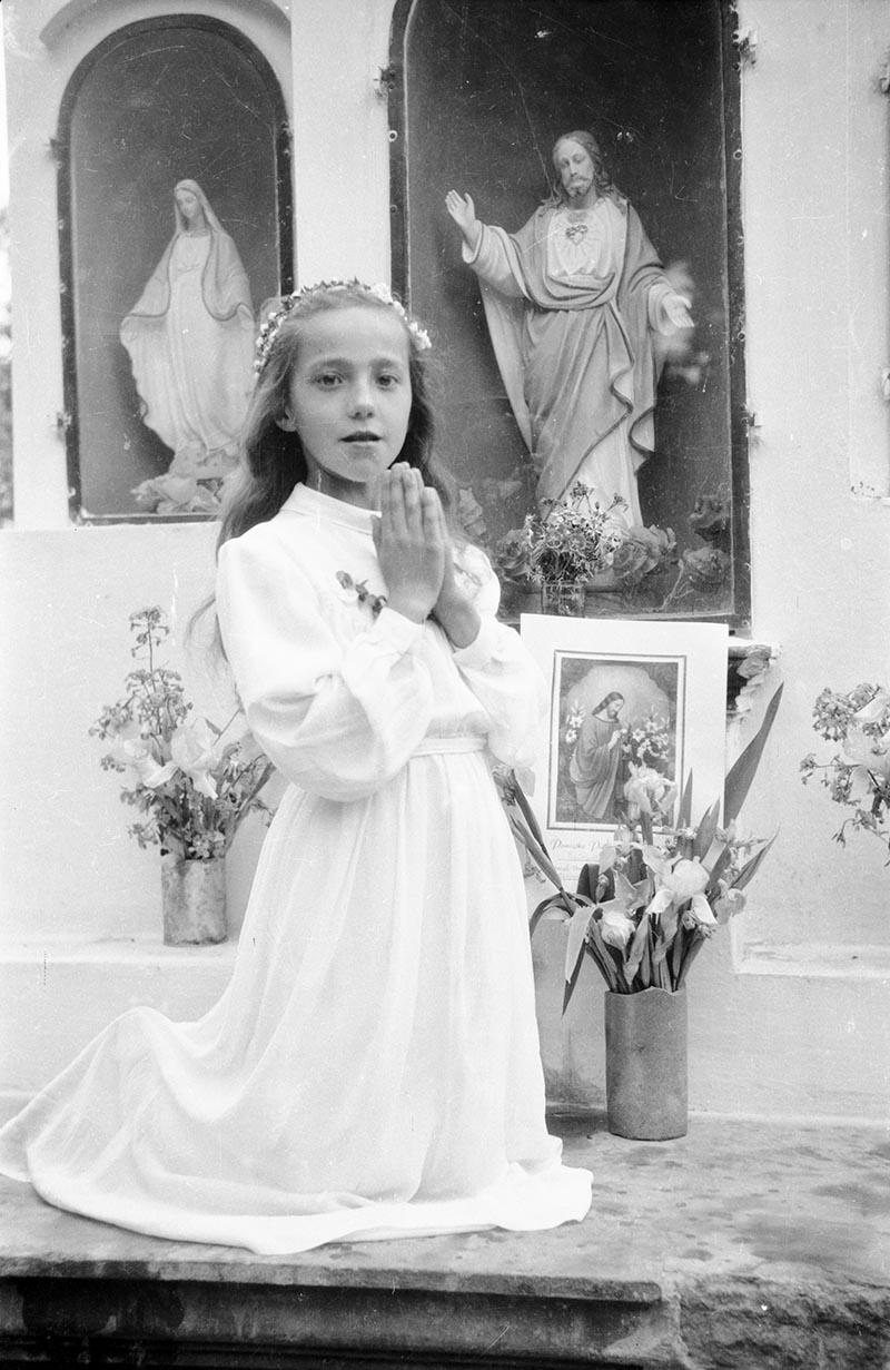 Pierwsza Komunia Święta, na zdjęciu Jadzia Pietruszka, Brzózka, Dolny Śląsk, lata 50. XX w.