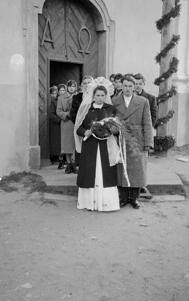 Państwo młodzi przed kościołem, 2. poł. XX w.