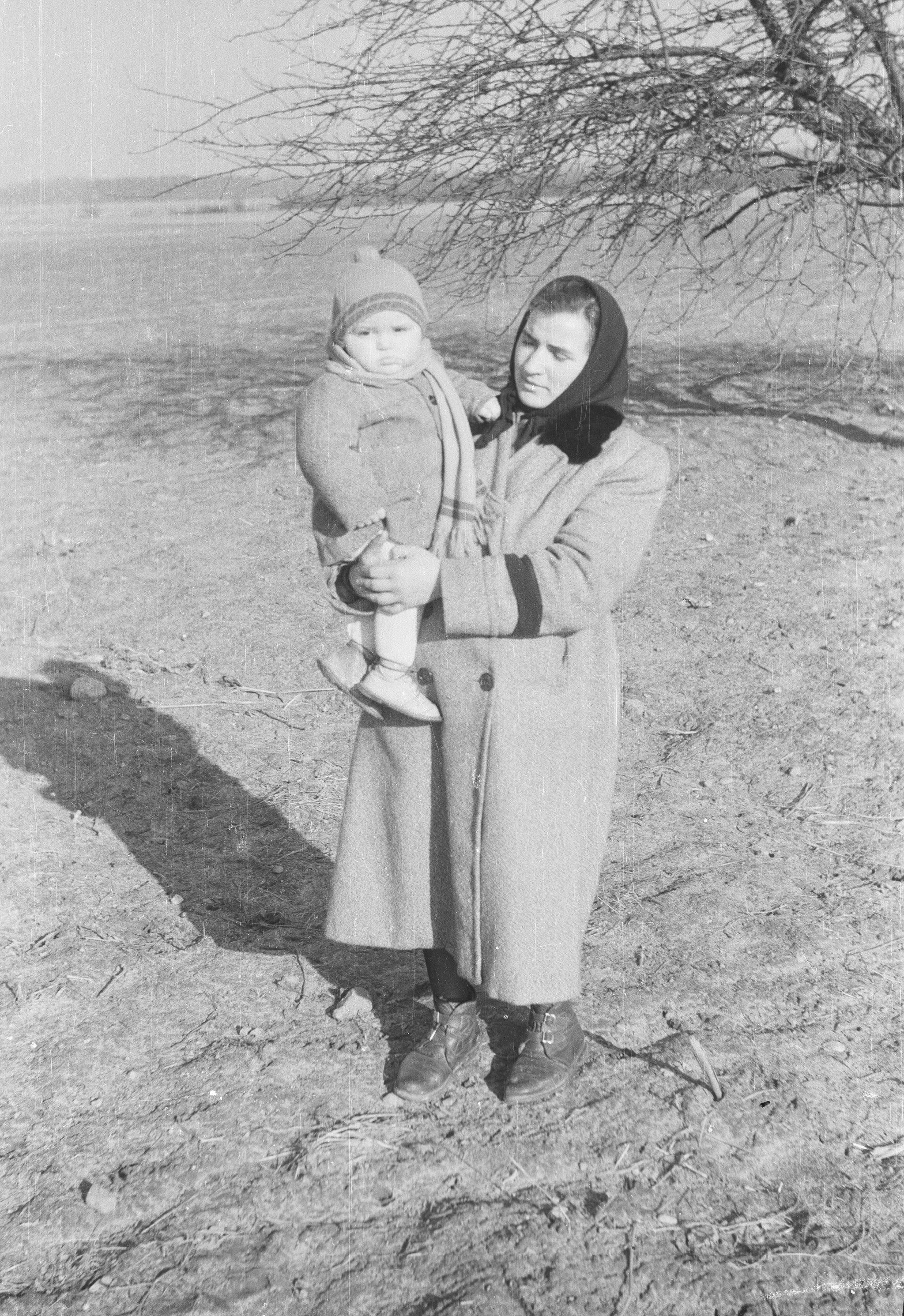 Nastka Szumlańska z synkiem Eugeniuszem, Brzózka, Dolny Śląsk, lata 50. XX w.