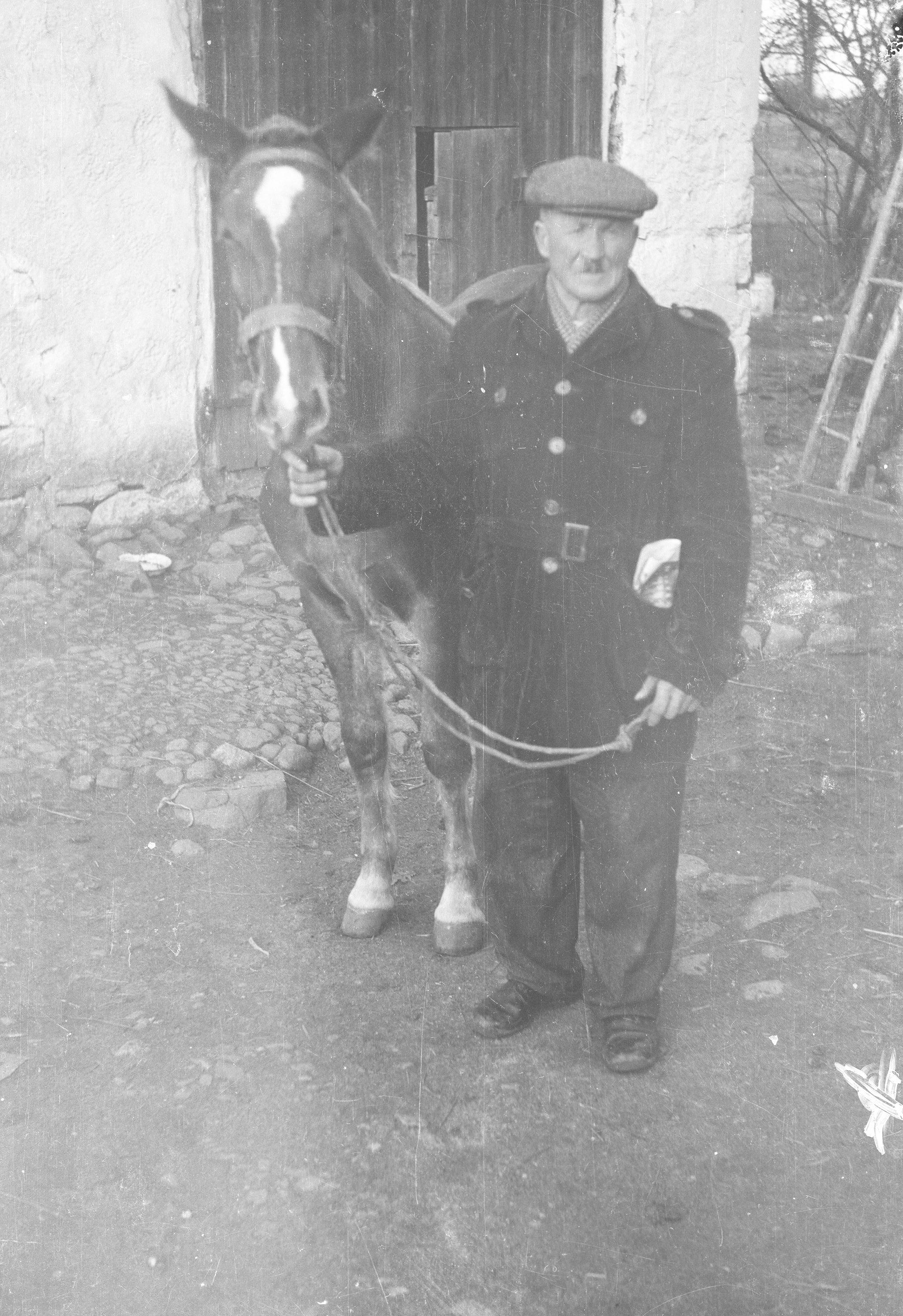 Władysław Czyżowicz z koniem, Brzózka, Dolny Śląsk, lata 50. XX w.