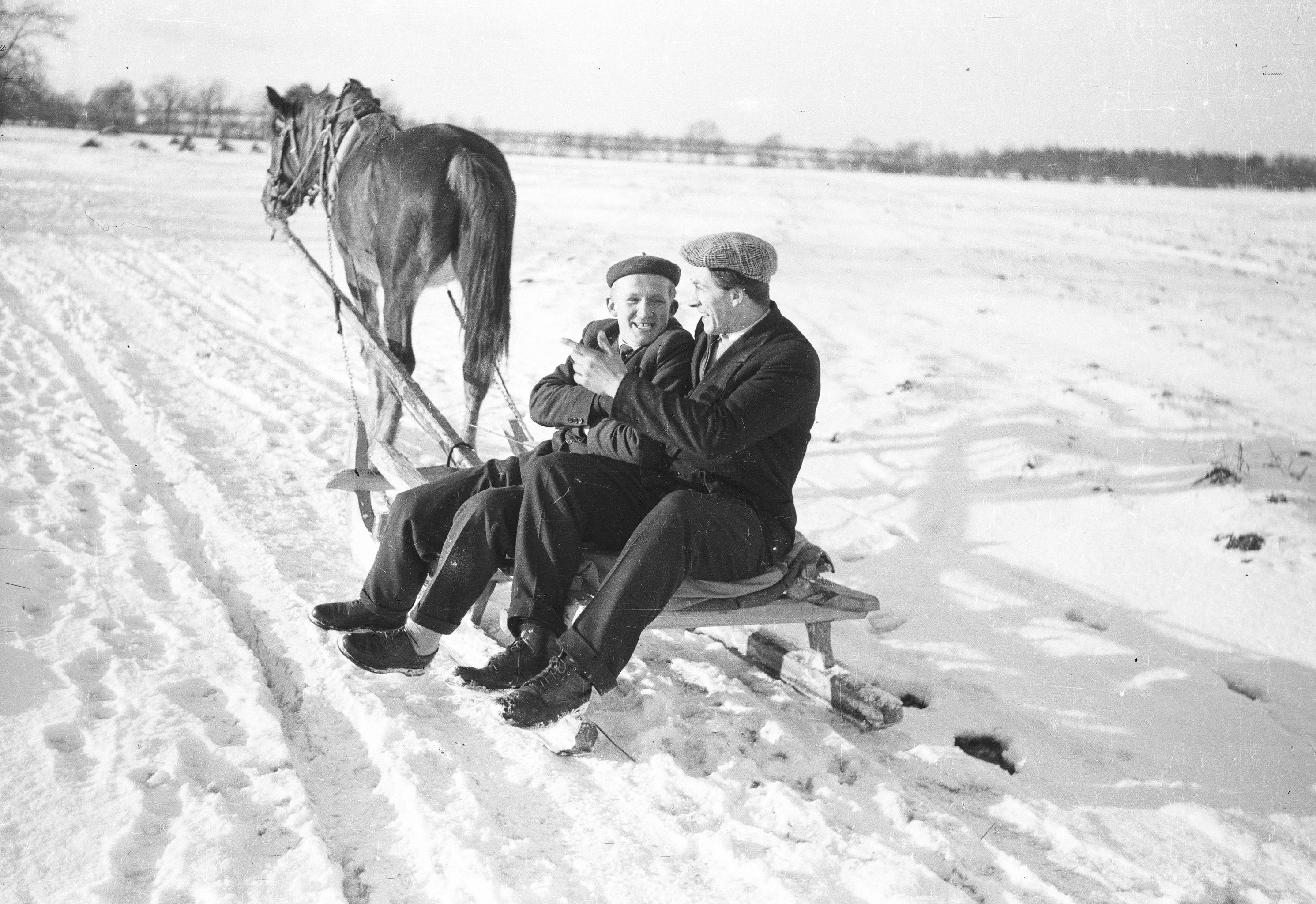 Józef Bienko razem z A. Czyżowiczem na saniach, Brzózka, Dolny Śląsk, lata 50. XX w.