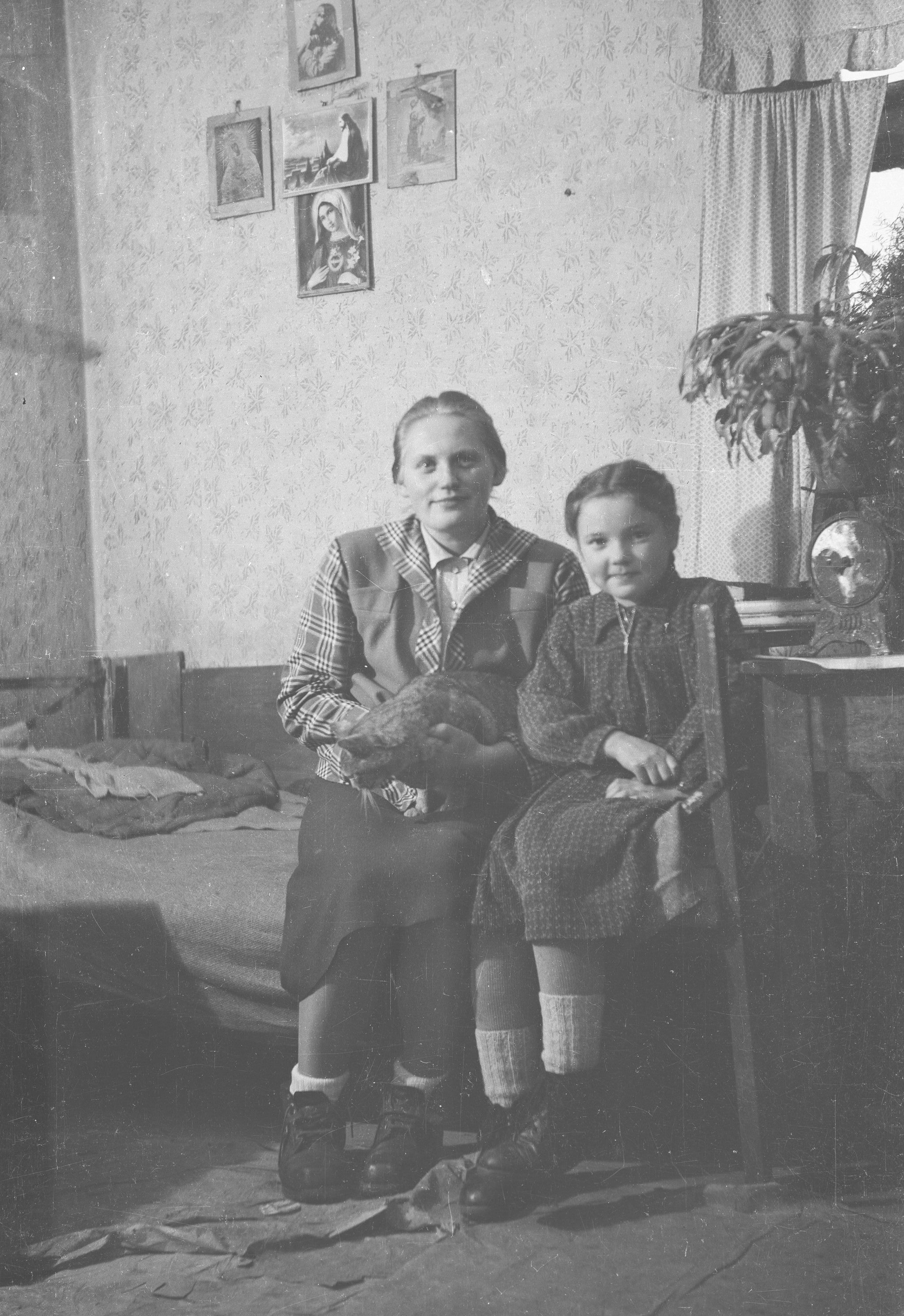 Kobieta z dzieckiem, Krysią Frańską, Brzózka, Dolny Śląsk, lata 50. XX w.