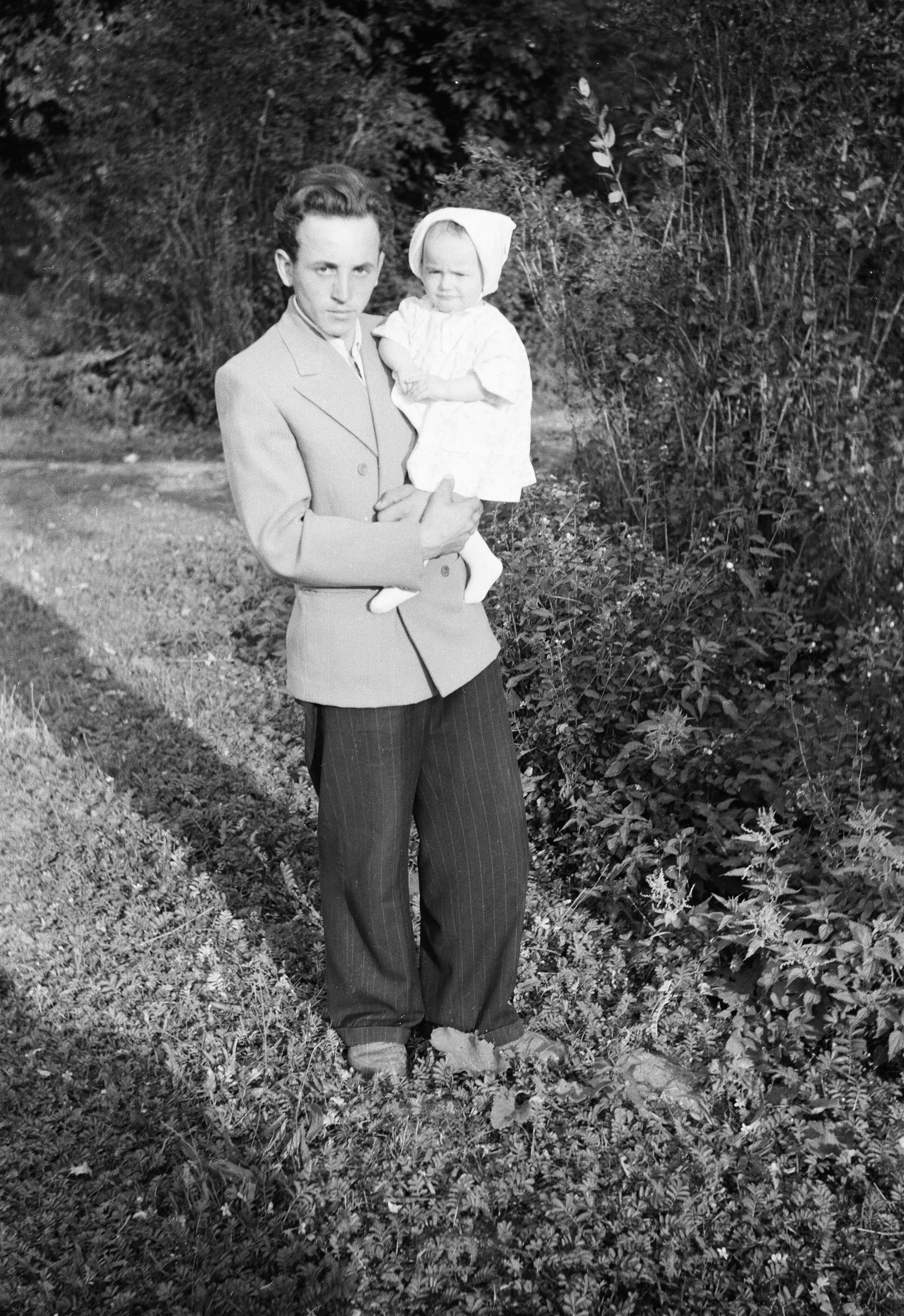 Edward Pytel z siostrzenicą, Węglewo, Dolny Śląsk, lata 50. XX w.