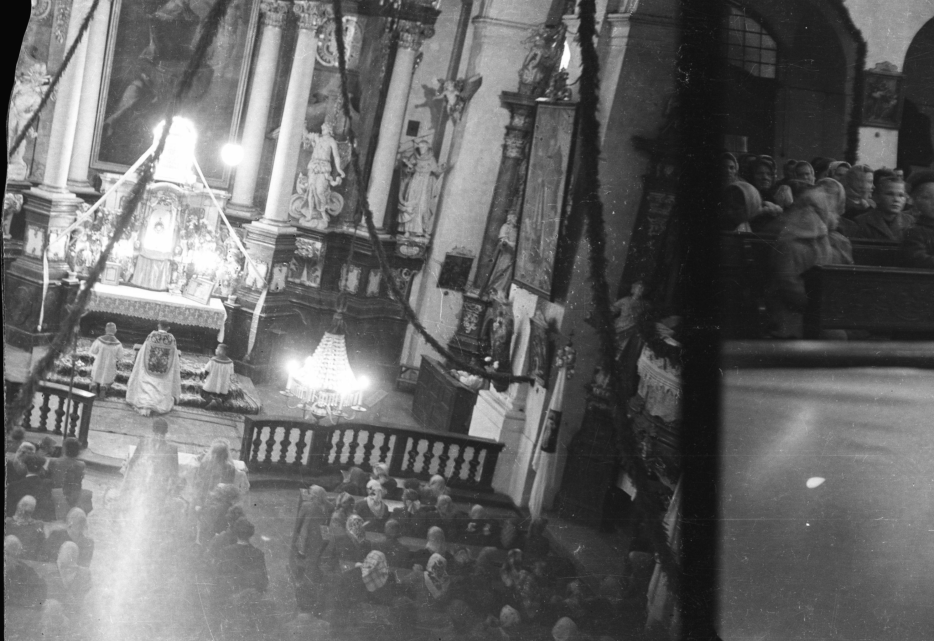 Widok z góry na ceremonię zaślubin Marii Śmigiero z Bronisławem Janczakiem, Głębowice, Dolny Śląsk, lata 50. XX w.