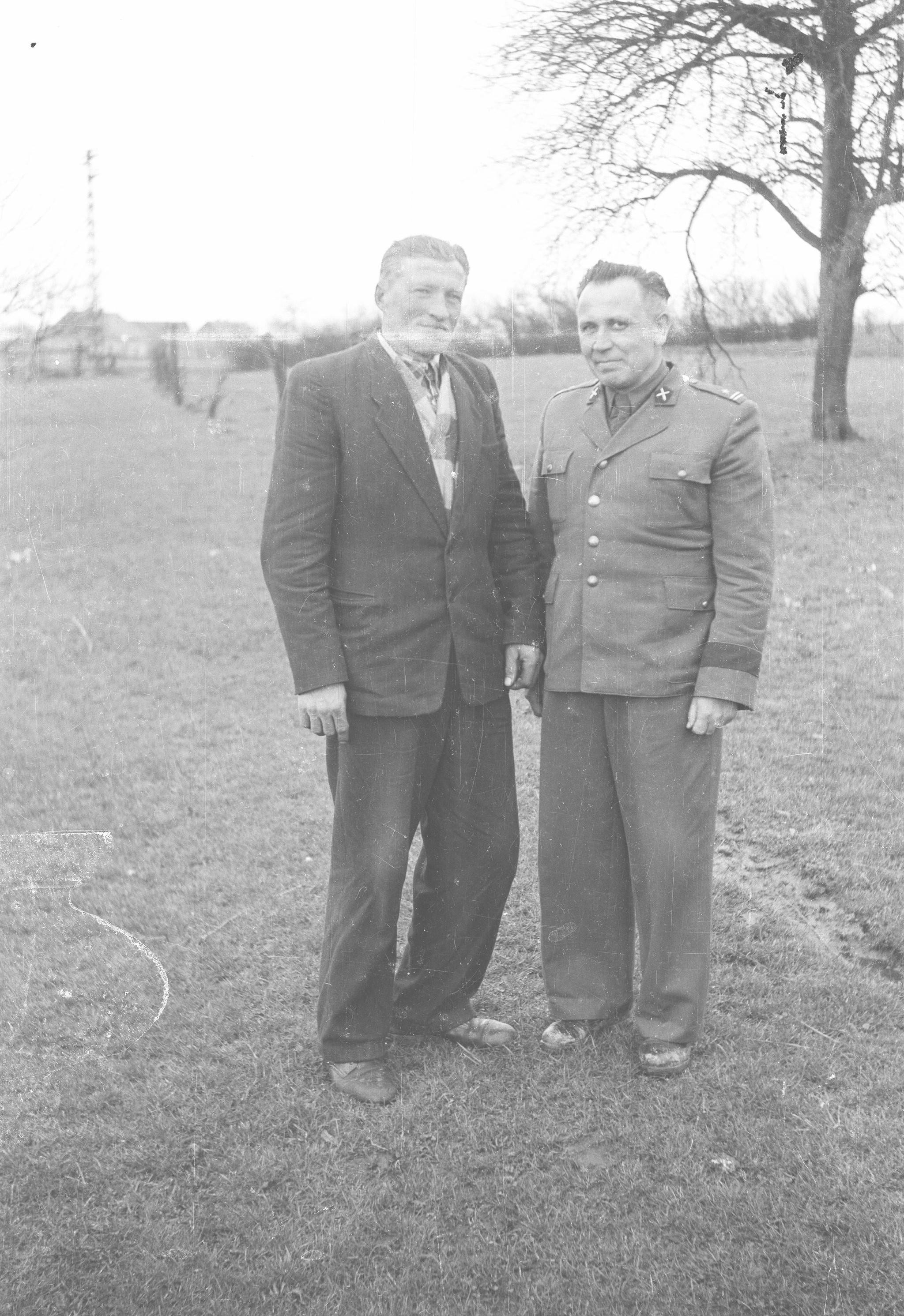 Od lewej: Franciszek i Jan Czyżowicze, Strupina, Dolny Śląsk, lata 50. XX w.
