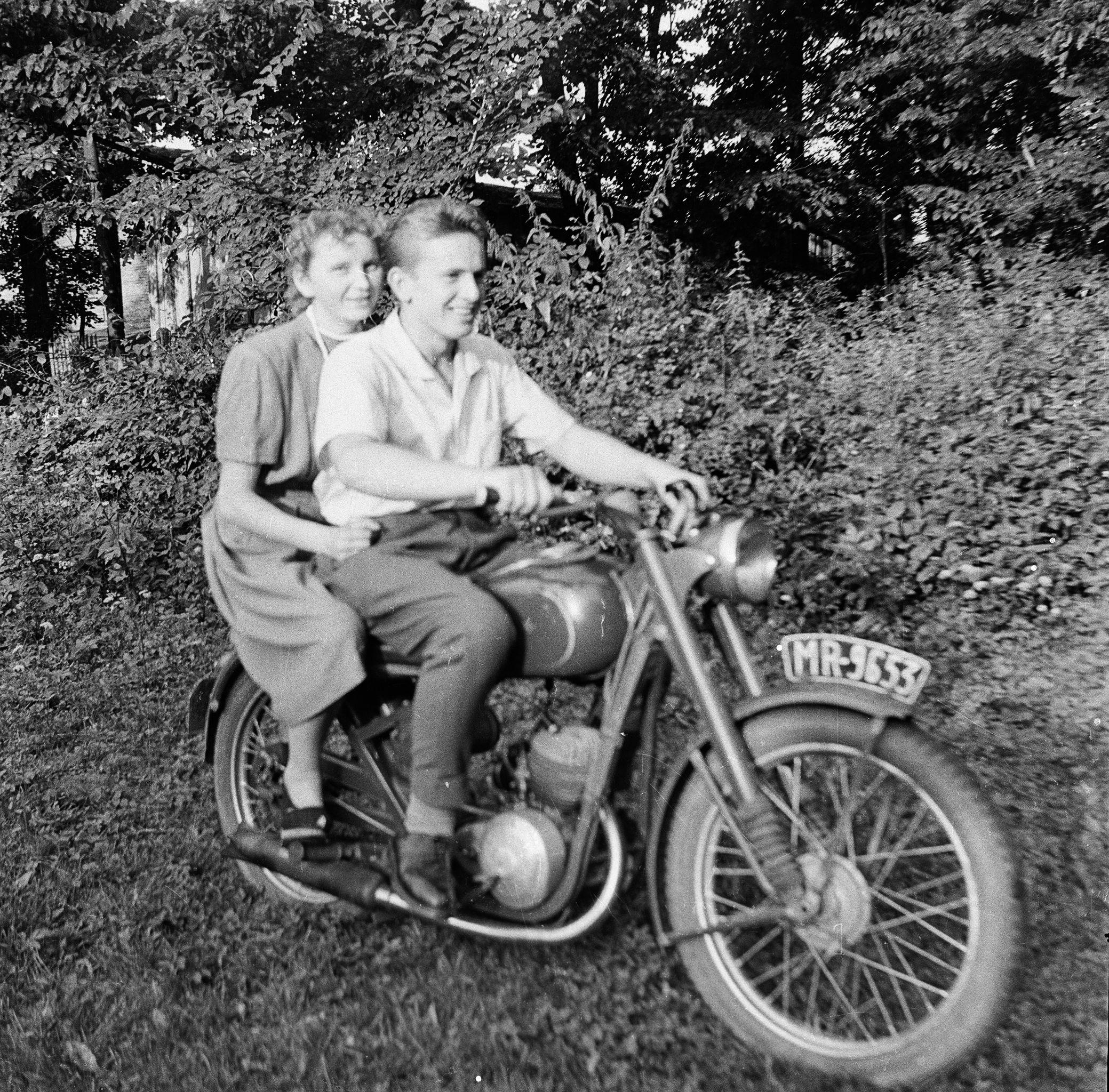 Maria Wawrzyniak z kawalerem, Brzózka, Dolny Śląsk, lata 50. XX w.