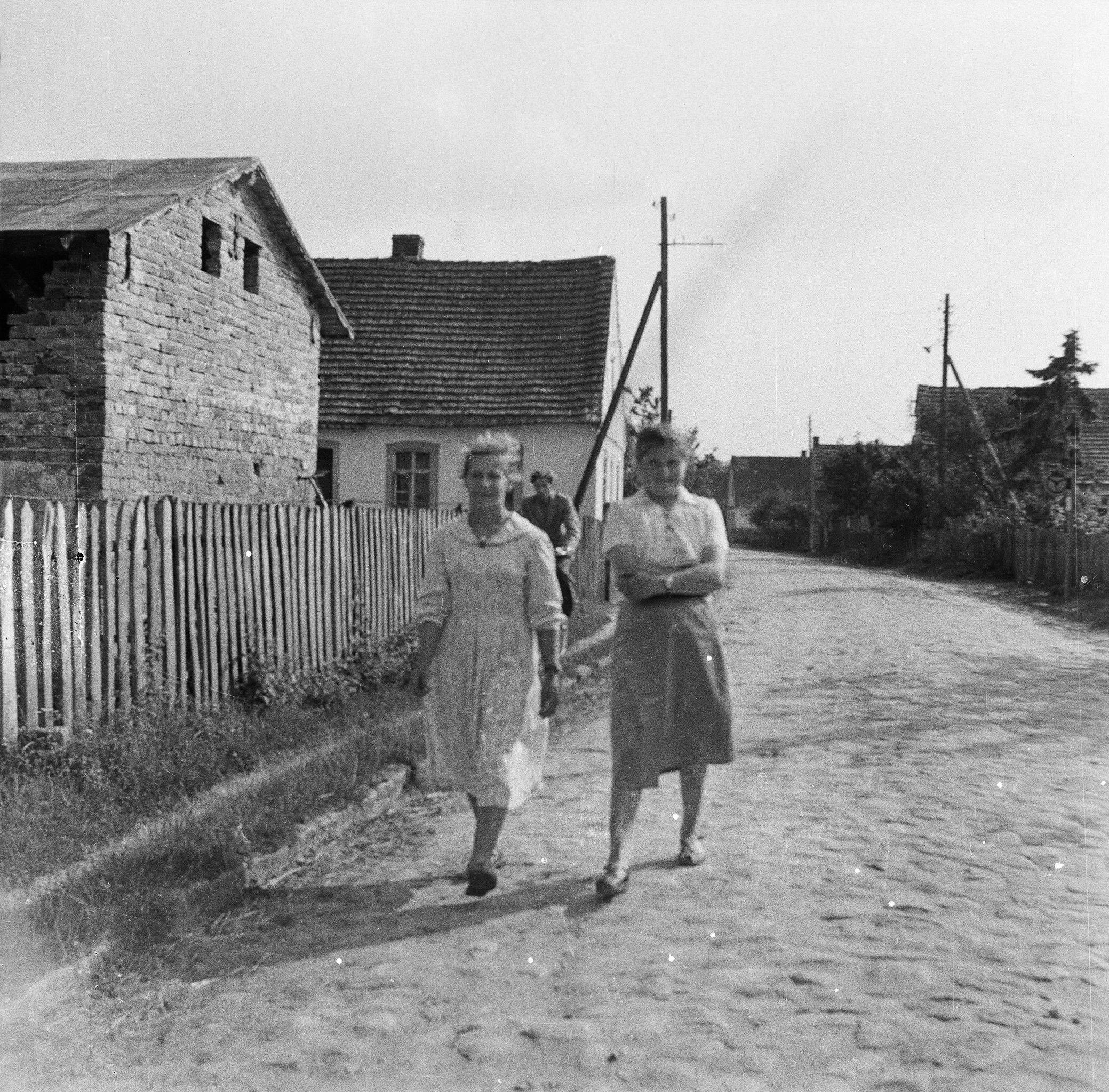 Dziewczęta na drodze, Brzózka, Dolny Śląsk, lata 50. XX w.