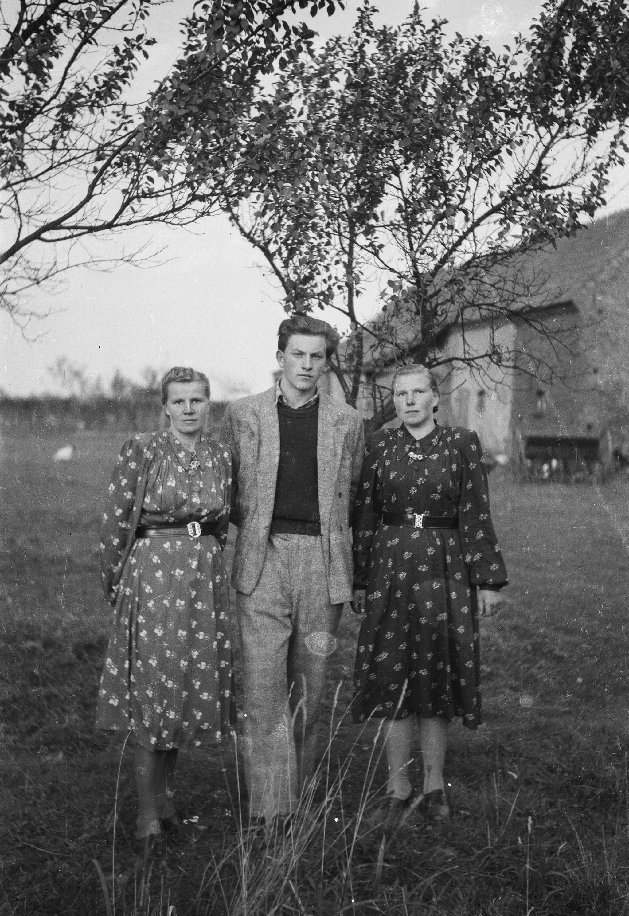 Augustyn Czyżowicz z paniami, Brzózka, Dolny Śląsk, lata 50. XX w.