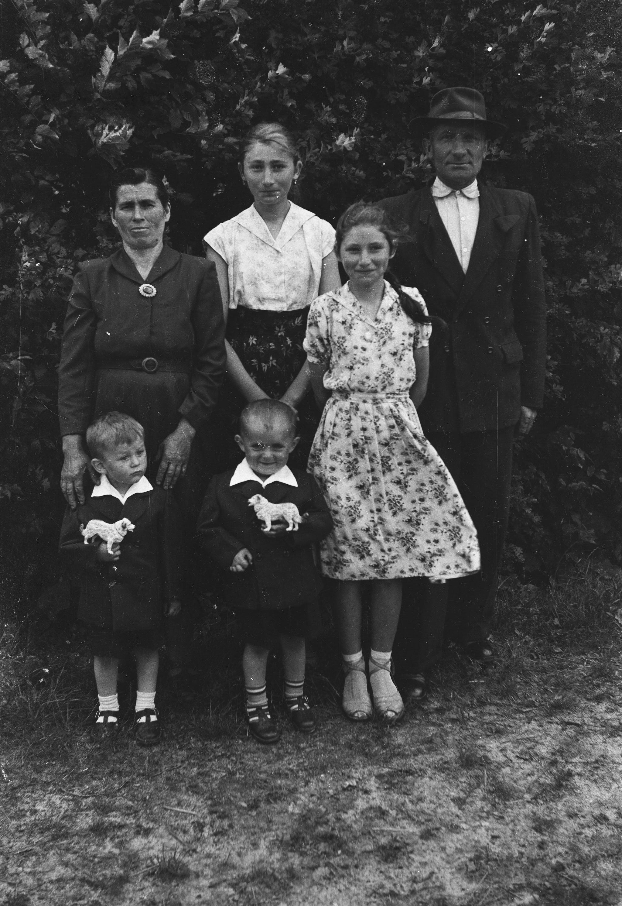 Zdjęcie rodziny Furyk na tle krzewów, Turzany, Dolny Śląsk, lata 50. XX w.