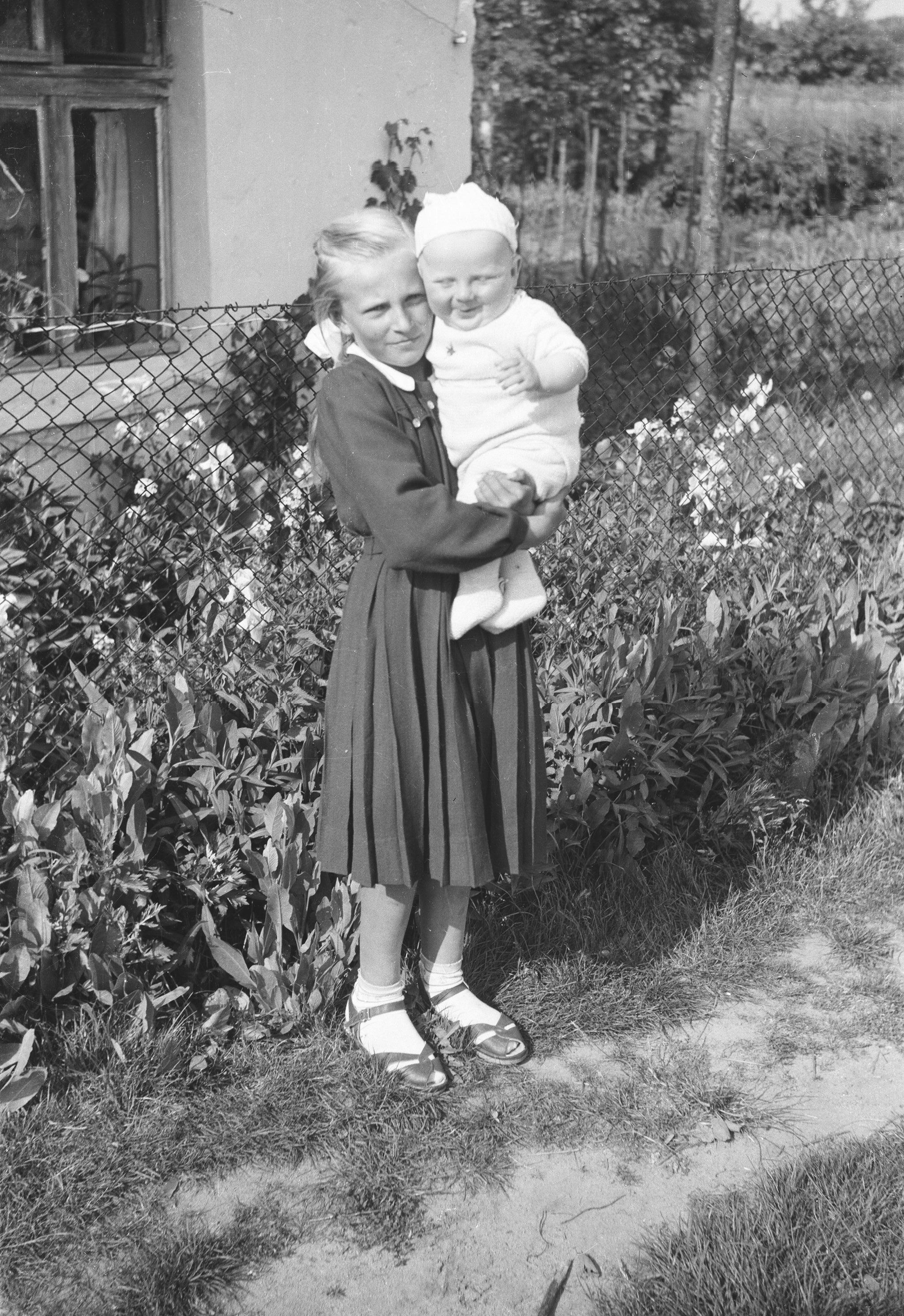 Janka Czyżowicz z bratem Jankiem, Brzózka, Dolny Śląsk, lata 50. XX w.