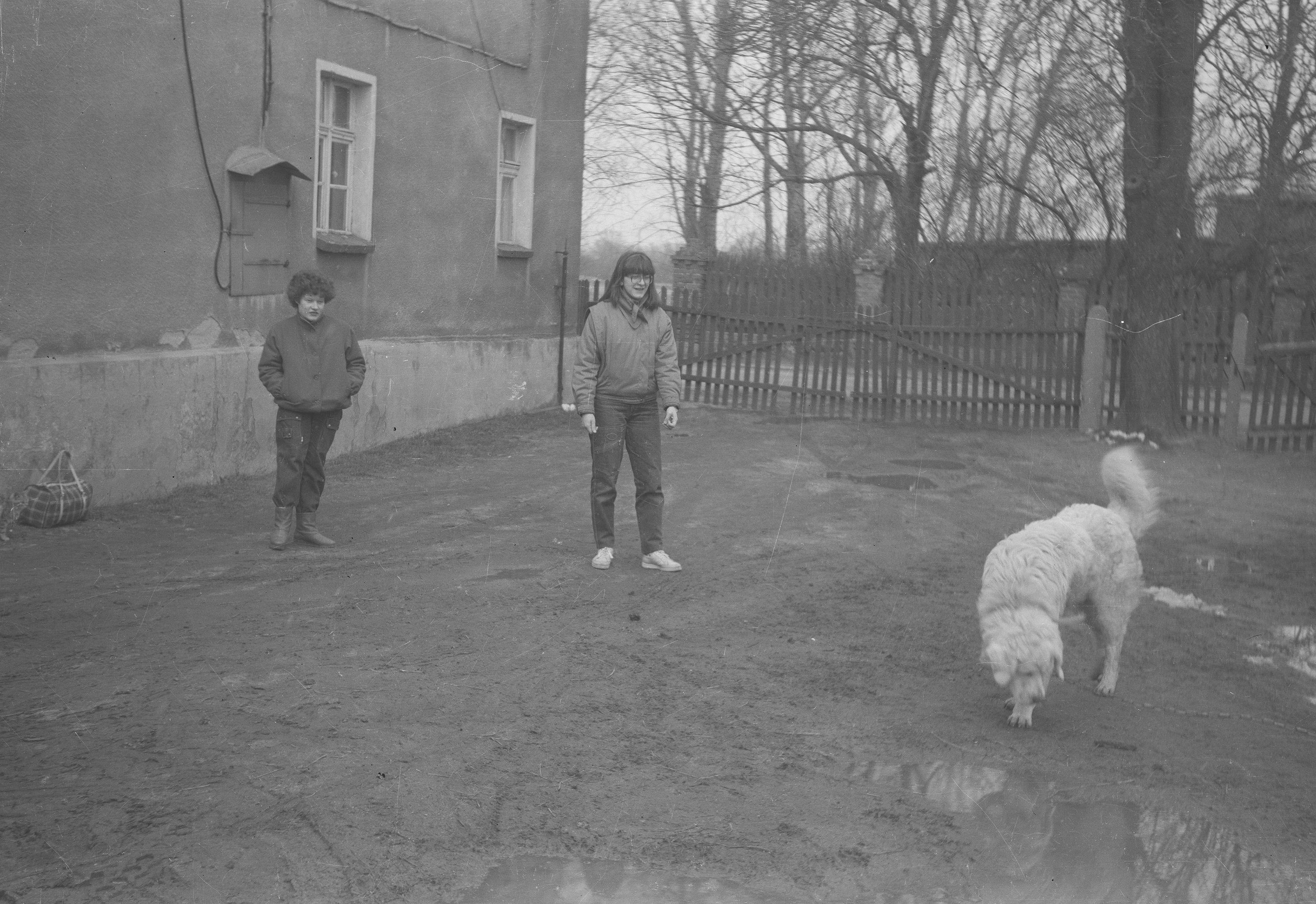 Jadzia, Ania i pies Barys, Brzózka, Dolny Śląsk, lata 80. XX w.