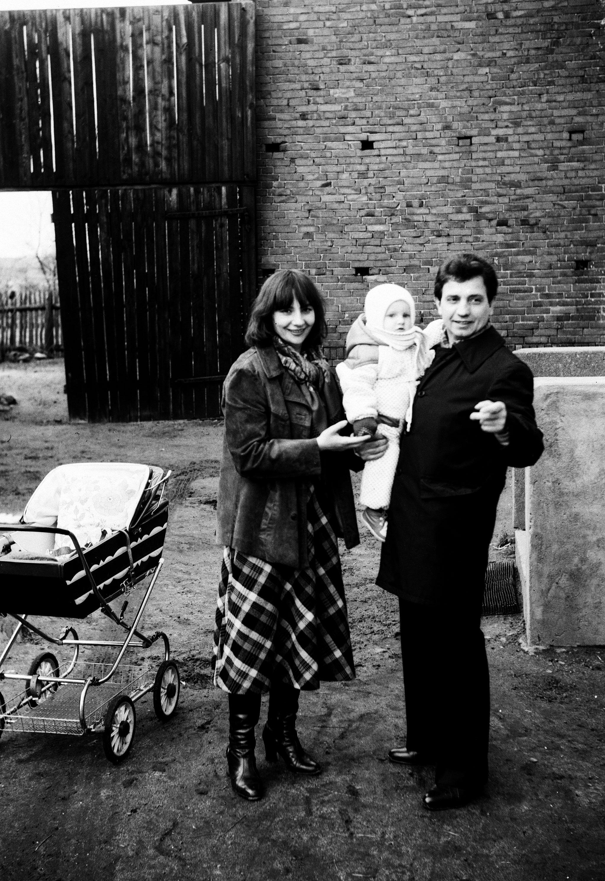 Rodzina Kaziów z Paulinką na ręku, Brzózka, Dolny Śląsk, lata 80. XX w.