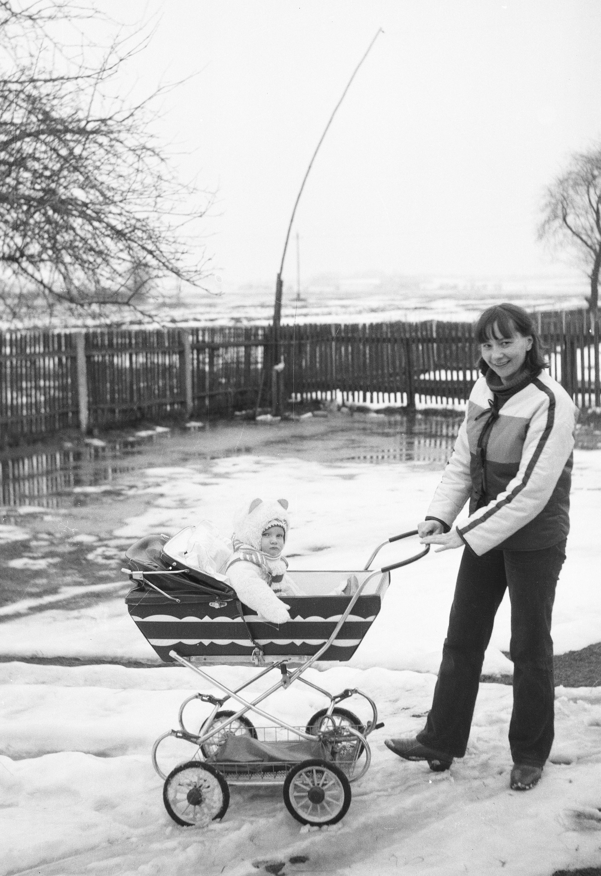 Jadwiga Kaziów z córeczką, Brzózka, Dolny Śląsk, lata 80. XX w.
