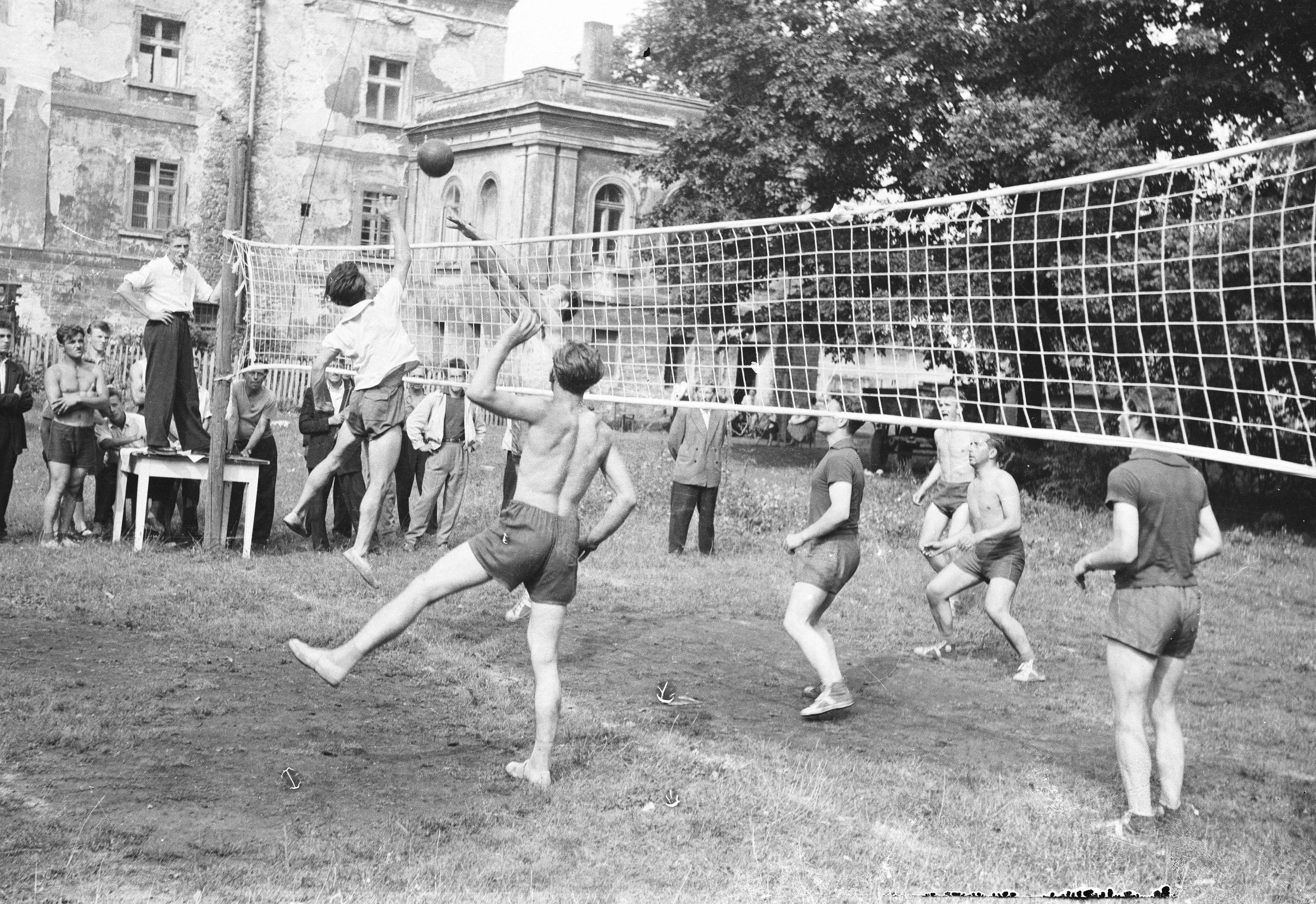 Zawody sportowe między pałacem a parkiem, Brzózka, Dolny Śląsk, lata 50. XX w.