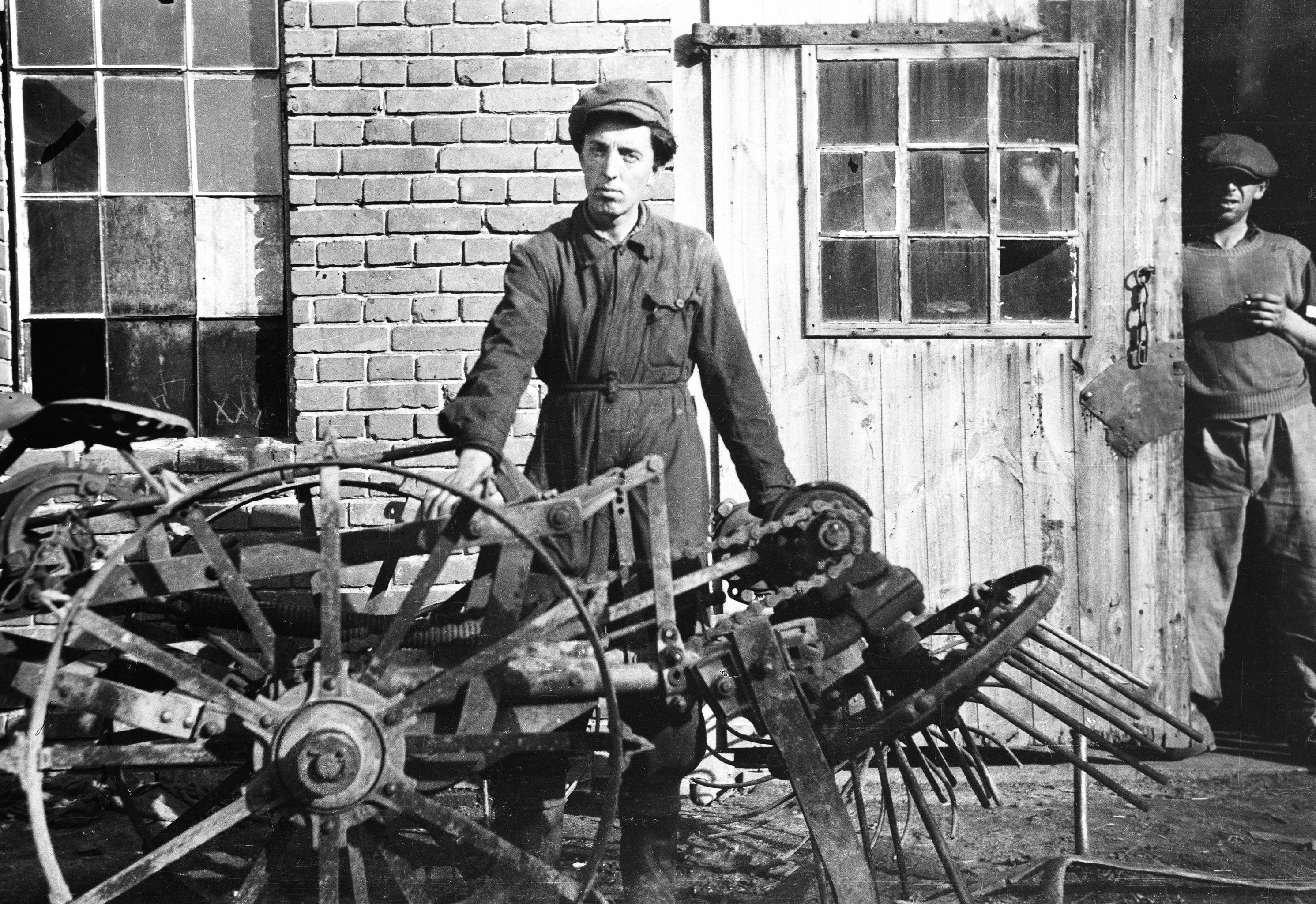 Janek Wacławowa i Władysław Gadziński w kuźni, Brzózka, Dolny Śląsk, lata 50. XX w.