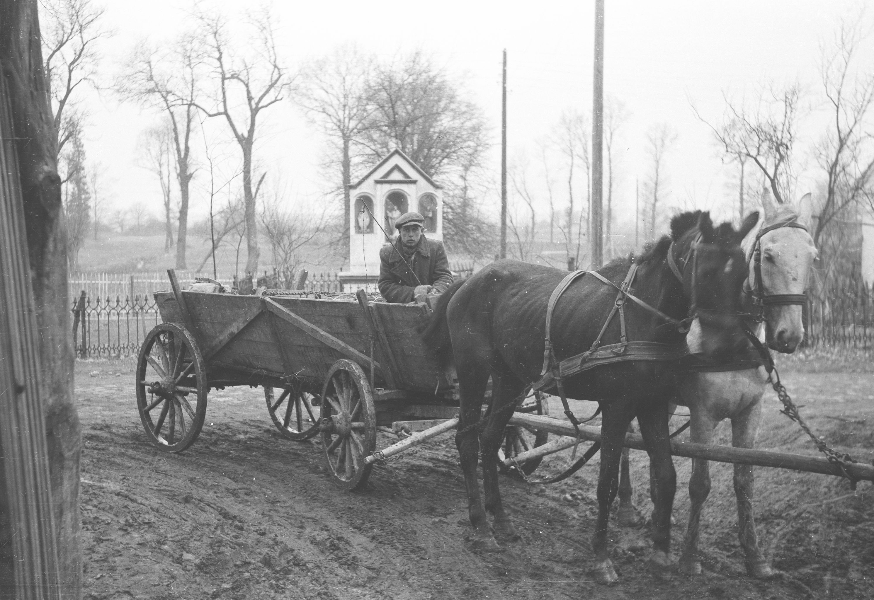 W bramie wjazdowej do PGR-u, Brzózka, Dolny Śląsk, lata 50. XX w.
