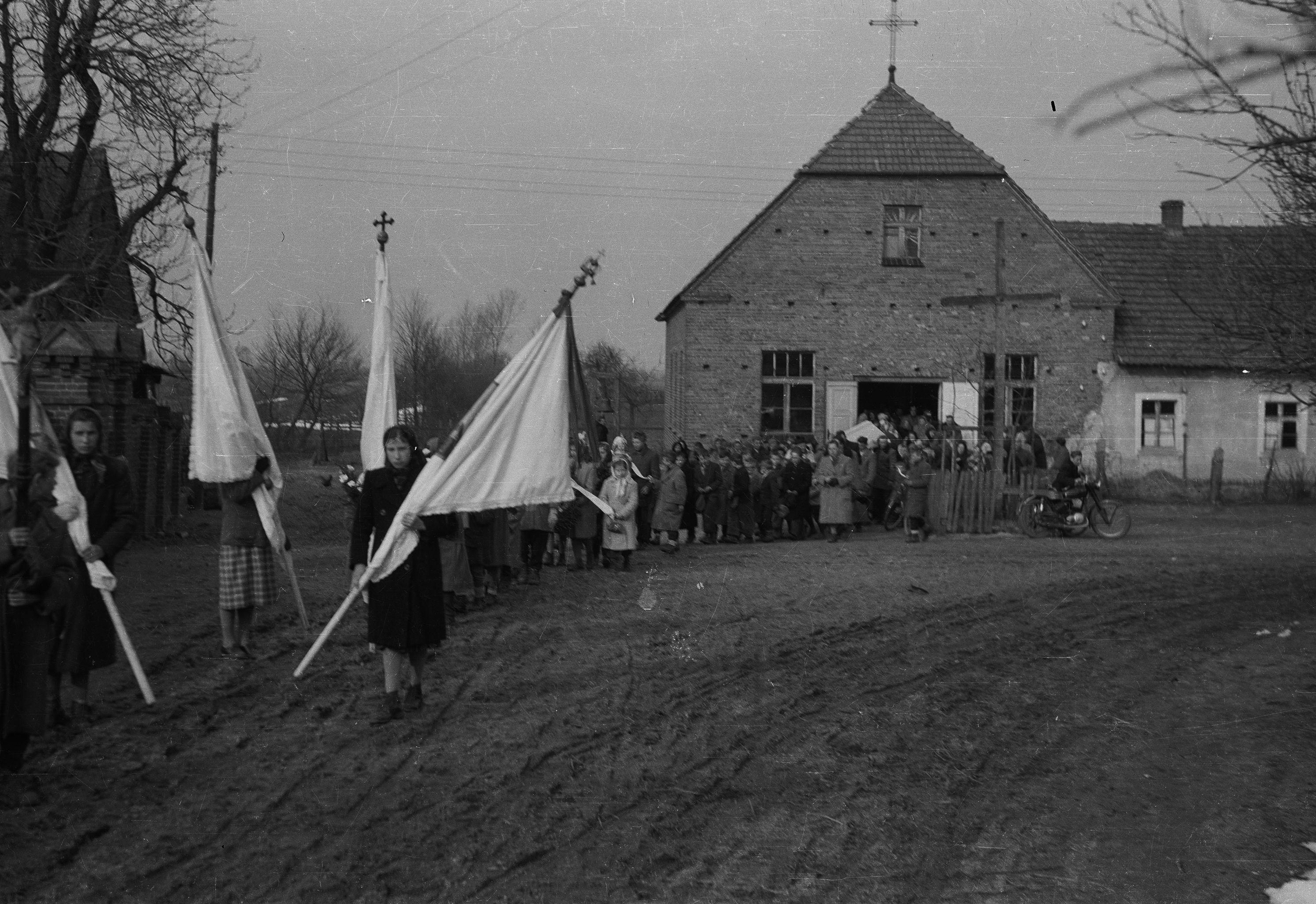 Pochód pogrzebowy,  Białawy Małe, Dolny Śląsk, lata 50. XX w.