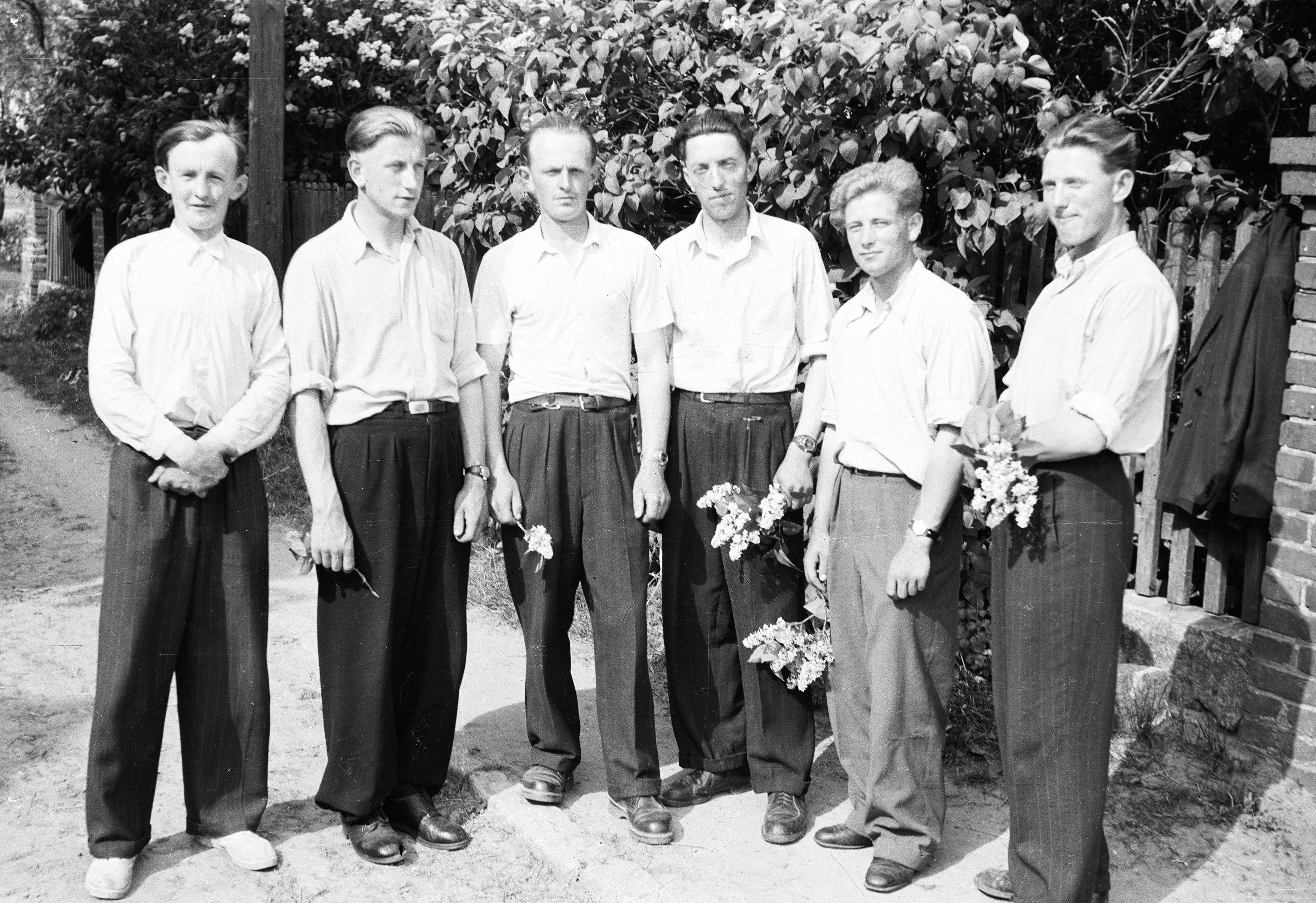 Mieszkańcy Brzózki przesiedleni z Kresów, od lewej: Józef Kotla, Stanisław Słoma, Władysław Kotla, Jan Wacławowicz, Władysław Słoma, Stanisław Wacławowicz, Dolny Śląsk, lata 50. XX w.