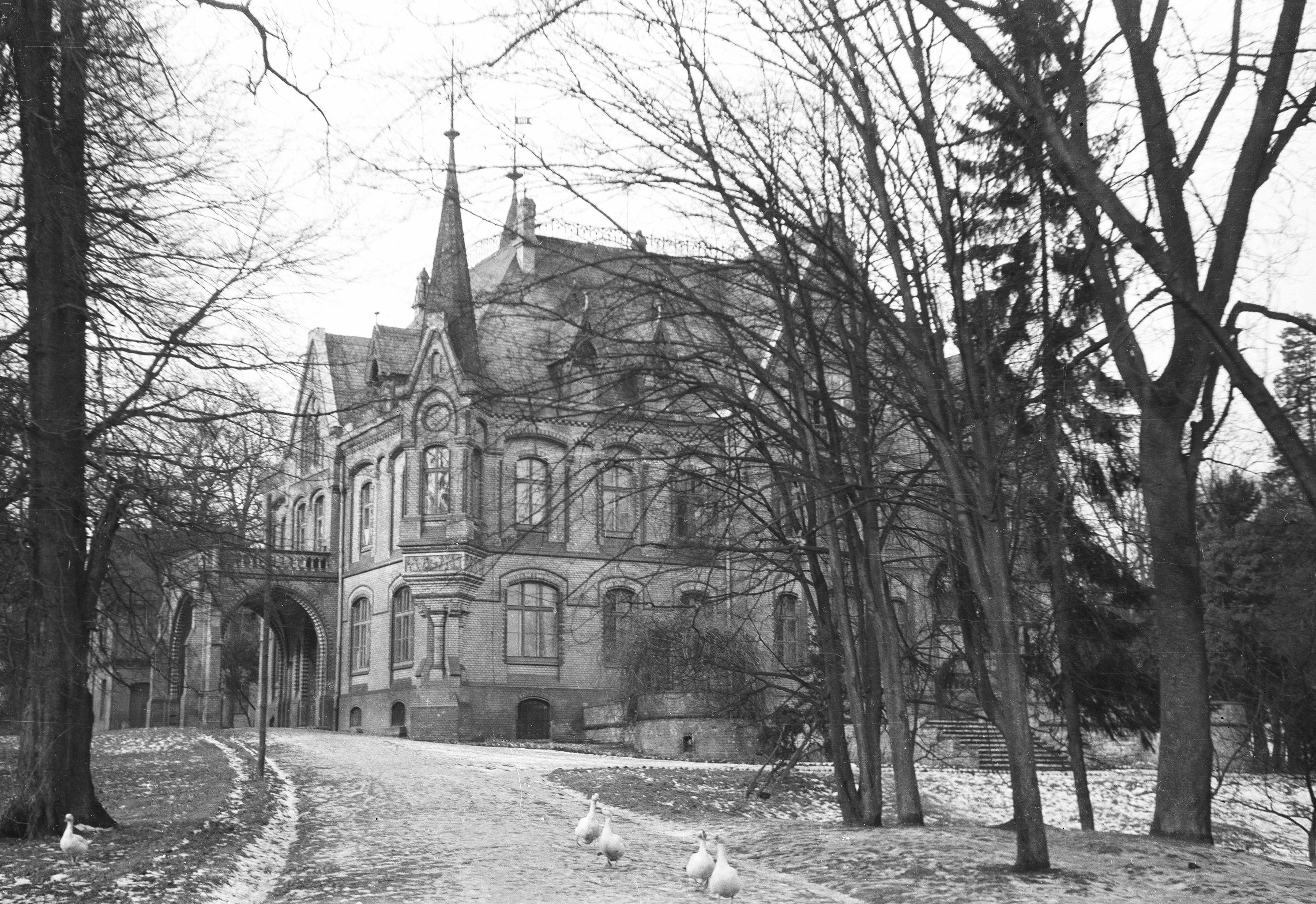 Uniwersytet ludowy dla dziewcząt w pobliżu koszar wojskowych, Koźle, województwo opolskie, lata 60. XX w.