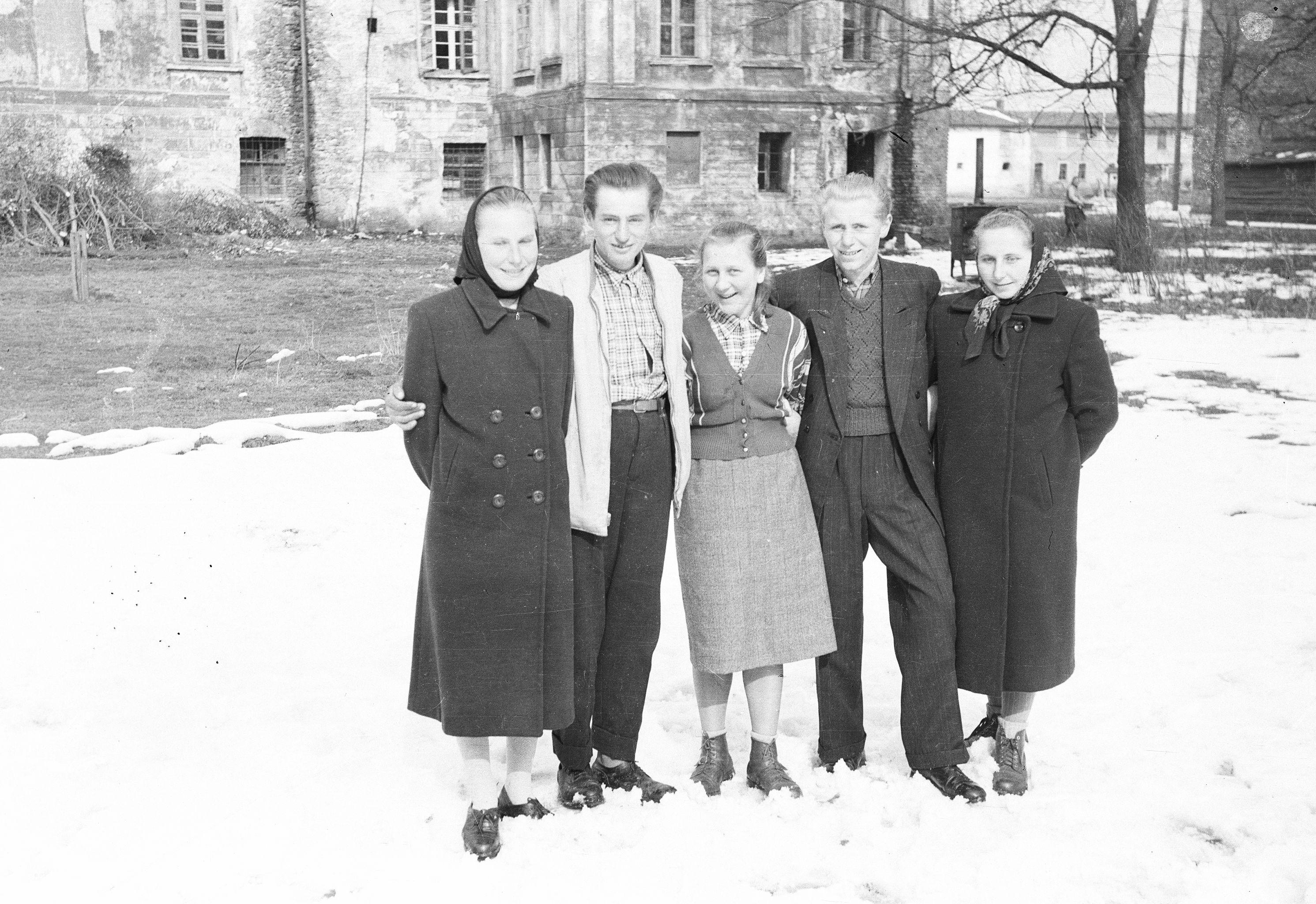 Od lewej: Stanisława, Zygmunt, Irena oraz Stanisław z żoną, Brzózka, Dolny Śląsk, lata 50. XX w.