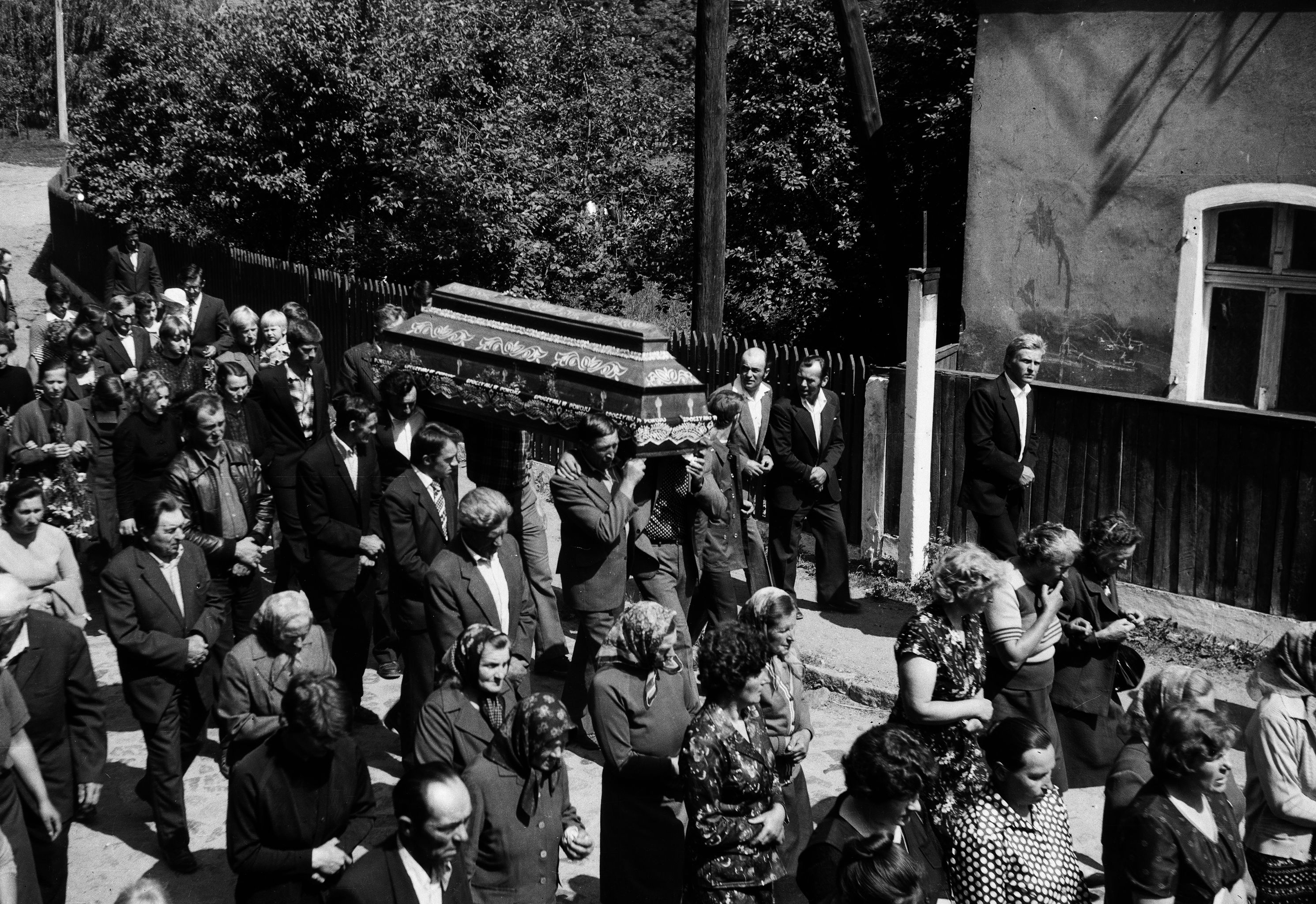 Przemarsz na cmentarz - pogrzeb Antoniego Czyżowicza, Głębowice, Dolny Śląsk, lata 80. XX w.